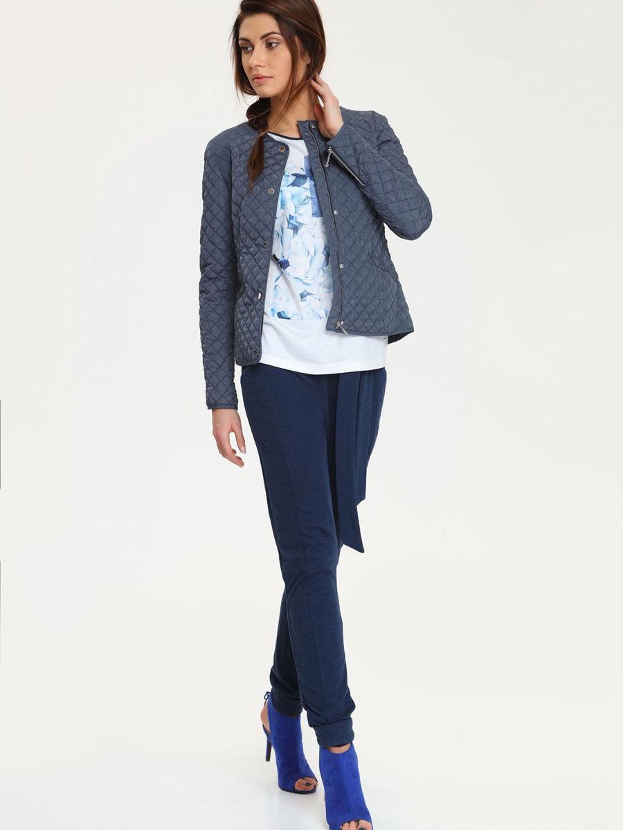 DKU0062NIУдобная и стильная женская куртка Drywash, выполненная из полиэстера, согреет вас в прохладное время года. Модель с круглым вырезом горловины и длинными рукавами застегивается на застежку-молнию с ветрозащитным клапаном на кнопках. Куртка спереди дополнена двумя втачными карманами. Низ рукавов оформлен декоративными застежками-молниями. Эта модная и в то же время комфортная куртка - отличный вариант для прогулок, она подчеркнет ваш изысканный вкус и поможет создать неповторимый образ.