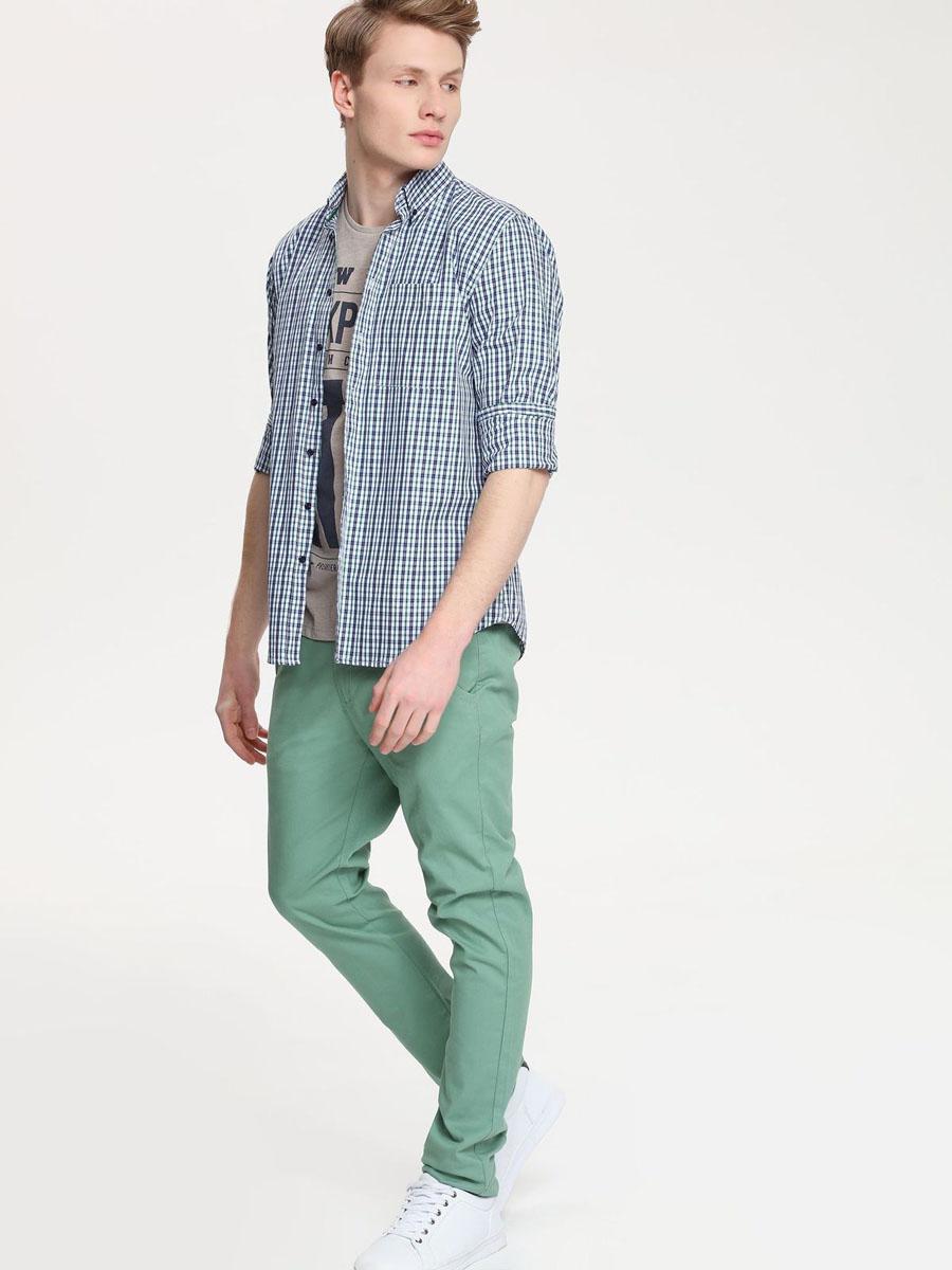 РубашкаSKL1958GRСтильная мужская рубашка Top Secret, выполненная из натурального хлопка, обладает высокой теплопроводностью, воздухопроницаемостью и гигроскопичностью, позволяет коже дышать, тем самым обеспечивая наибольший комфорт при носке. Модель классического кроя с отложным воротником застегивается на пуговицы. Края воротника спереди пристегиваются к рубашке на пуговицы. На груди имеется накладной карман. Длинные рукава модели дополнены манжетами на пуговицах. Оформлено изделие принтом в клетку. Такая рубашка подчеркнет ваш вкус и поможет создать великолепный стильный образ.