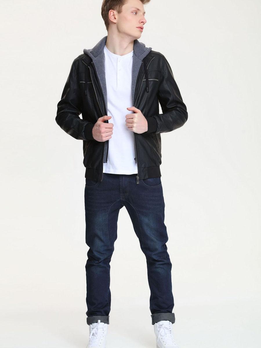 КурткаSKU0671CAМужская куртка Top Secret, изготовленная из полиуретана, станет отличным дополнением к гардеробу современного мужчины. Модель с эффектом 2в1 с длинными рукавами и воротником-стойкой спереди застегивается на застежку-молнию. Внутри имеется вшитая имитация толстовки, выполненная из полиэстера, которая представляет собой две планки на застежке-молнии и несъемный капюшон на кулиске. Куртка дополнена двумя нагрудными прорезными карманами на молниях и двумя прорезными карманами. Внутри находится прорезной карман на липучке. Рукава и низ изделия дополнены широкими эластичными резинками. Эта модная и в то же время комфортная куртка - отличный вариант для уверенного в себе мужчины!