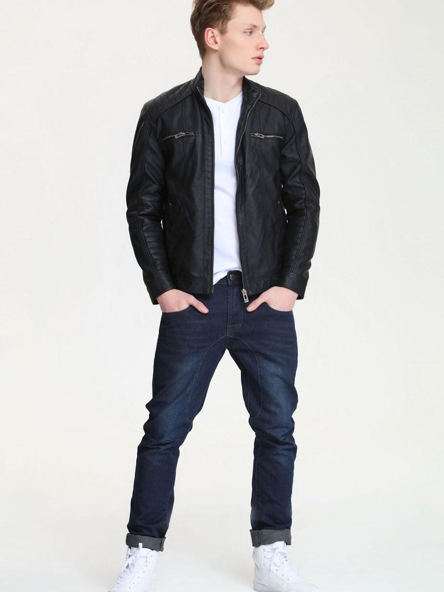 Куртка мужская. SKU0672CASKU0672CAМужская куртка Top Secret выполненная из полиуретана, станет отличным дополнением к гардеробу современного мужчины. Модель с длинными рукавами и воротником-стойкой спереди застегивается на застежку-молнию. Куртка дополнена двумя нагрудными прорезными карманами на застежках-молниях и двумя открытыми карманами, а также внутри двумя прорезными карманами и одним накладным кармашком. Рукава оснащены манжетами на кнопках. Эта модная и в то же время комфортная куртка - отличный вариант для уверенного в себе мужчины!
