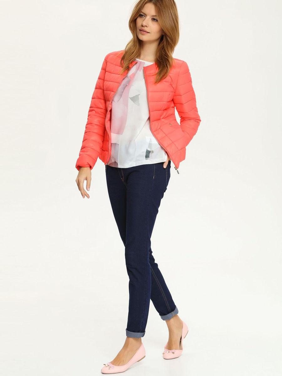 SKU0680ROСтильная женская куртка Top Secret, выполненная из полиамида, отлично подойдет для прохладной погоды. Модель приталенного силуэта с круглым вырезом горловины и длинными рукавами застегивается на застежку молнию. Куртка оформлена эффектной стежкой и спереди дополнена двумя накладными карманами на кнопках. Эта модная куртка послужит отличным дополнением к вашему гардеробу.