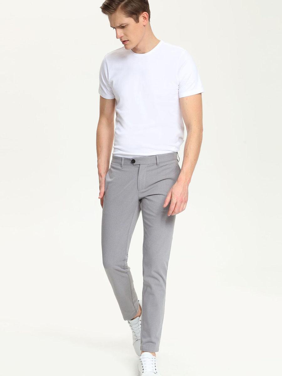 SSP2213CAМужские брюки Top Secret, выполненные из эластичного хлопка с добавлением полиэстера, идеально подойдут для повседневной носки. Материал изделия мягкий и приятный на ощупь, не сковывает движения и позволяет коже дышать. Брюки слегка зауженного кроя застегиваются на поясе на пуговицы и имеют ширинку на застежке молнии, а также шлевки для ремня. Спереди предусмотрены два втачных кармана. Сзади расположены два прорезных кармана. Такая модель станет стильным дополнением к вашему гардеробу. Лаконичный дизайн и совершенство стиля подчеркнут вашу индивидуальность.