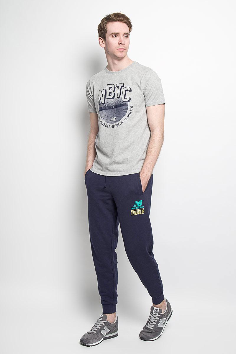 Брюки спортивные мужские. EMP61714EMP61714/ABYУдобные мужские спортивные брюки New Balance великолепно подойдут для отдыха, повседневной носки, а также для занятий спортом. Модель прямого кроя и средней посадки изготовлена из хлопка с добавлением полиэстера, благодаря чему великолепно пропускает воздух, обладает высокой гигроскопичностью и превосходно сидит, обеспечивая вам комфорт даже во время интенсивных тренировок. Брюки имеют широкую эластичную резинку на поясе, объем талии регулируется при помощи шнурка-кулиски. Брючины дополнены трикотажными манжетами. Изделие дополнено двумя втачными карманами спереди, а также украшено принтом с изображением логотипа производителя. Эти модные и в тоже время удобные брюки - настоящее воплощение комфорта. В них вы всегда будете чувствовать себя уверенно и уютно, и непременно достигнете новых спортивных высот.