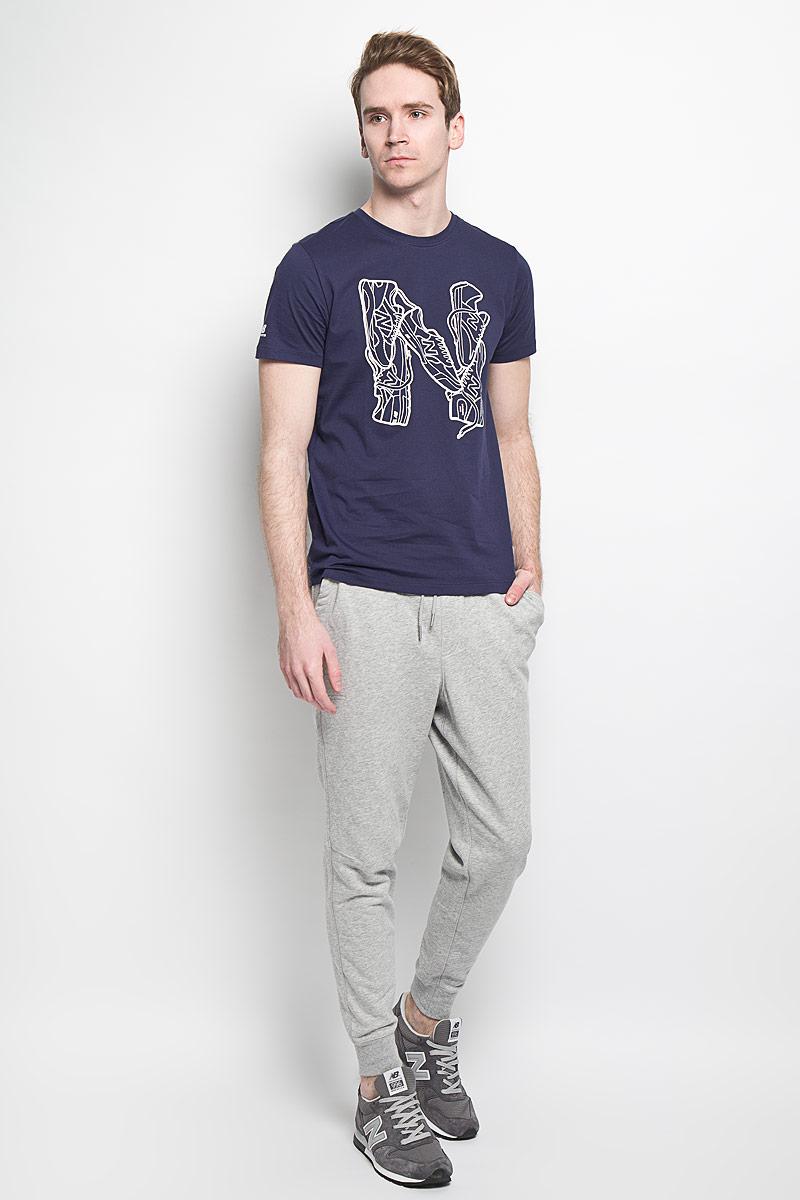 ФутболкаEMT61728/ABYСтильная мужская футболка New Balance, выполненная из высококачественного 100% хлопка, обладает высокой воздухопроницаемостью и гигроскопичностью, позволяет коже дышать. Такая футболка великолепно подойдет как для повседневной носки, так и для спортивных занятий. Модель с короткими рукавами и круглым вырезом горловины - идеальный вариант для создания современного образа в спортивном стиле. Футболка оформлена крупным принтом с изображением буквы N, выложенной кроссовками. Такая модель подарит вам комфорт в течение всего дня и послужит замечательным дополнением к вашему гардеробу.