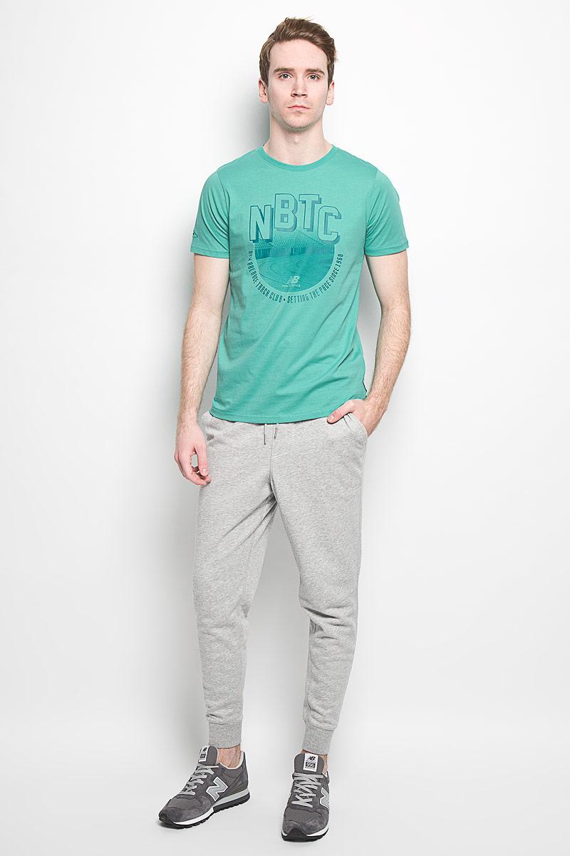 ФутболкаEMT61746/HGRСтильная мужская футболка New Balance, выполненная из высококачественного 100% хлопка, обладает высокой воздухопроницаемостью и гигроскопичностью, позволяет коже дышать. Такая футболка великолепно подойдет как для повседневной носки, так и для спортивных занятий. Модель с короткими рукавами и круглым вырезом горловины - идеальный вариант для создания современного образа в спортивном стиле. Футболка оформлена крупным принтом с логотипом New Balance и изображением стадиона. Такая модель подарит вам комфорт в течение всего дня и послужит замечательным дополнением к вашему гардеробу.
