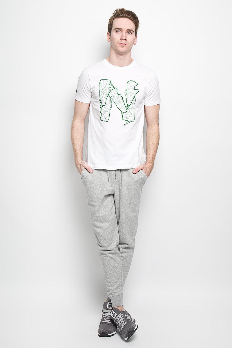 EMT61728/ABYСтильная мужская футболка New Balance, выполненная из высококачественного 100% хлопка, обладает высокой воздухопроницаемостью и гигроскопичностью, позволяет коже дышать. Такая футболка великолепно подойдет как для повседневной носки, так и для спортивных занятий. Модель с короткими рукавами и круглым вырезом горловины - идеальный вариант для создания современного образа в спортивном стиле. Футболка оформлена крупным принтом с изображением буквы N, выложенной кроссовками. Такая модель подарит вам комфорт в течение всего дня и послужит замечательным дополнением к вашему гардеробу.