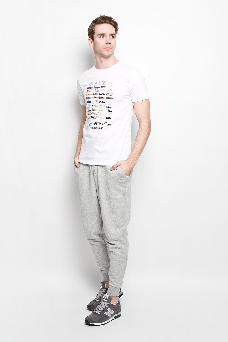ФутболкаEMT61734/HGRСтильная мужская футболка New Balance обеспечивает наибольший комфорт и свободу движений во время занятий спортом и в повседневной носке. Изделие свободного кроя с круглым вырезом горловины и короткими рукавами подарит вам удобство и комфорт. Натуральный хлопок обеспечивает оптимальный микроклимат. Модель декорирована спереди принтом в виде различных моделей кроссовок и надписями на английском языке. На правом рукаве небольшая термоаппликация с логотипом New Balance. Такая футболка послужит замечательным дополнением к вашему гардеробу.