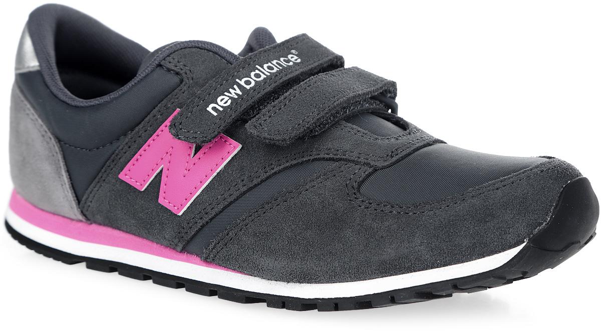 KE420GKY/MСтильные кроссовки 420 Hook and Loop от New Balance придутся по душе вашей девочке. Верх модели выполнен из нейлона со вставками натуральной кожи. По бокам модель оформлена нашивками из искусственной кожи в виде фирменного логотипа бренда, на заднике - нашивкой с названием бренда, на язычке - текстильной нашивкой с фирменным логотипом и названием модели. Ремешки с застежками-липучками, один из которых оформлен тисненым названием бренда, надежно фиксируют модель на ноге. Подкладка выполнена из текстиля. Стелька из материала EVA с поверхностью из искусственной кожи обеспечивает комфорт и отличную амортизацию. Подошва с рельефным протектором гарантирует идеальное сцепление с любыми поверхностями. В таких кроссовках ногам вашей девочки будет комфортно и уютно.