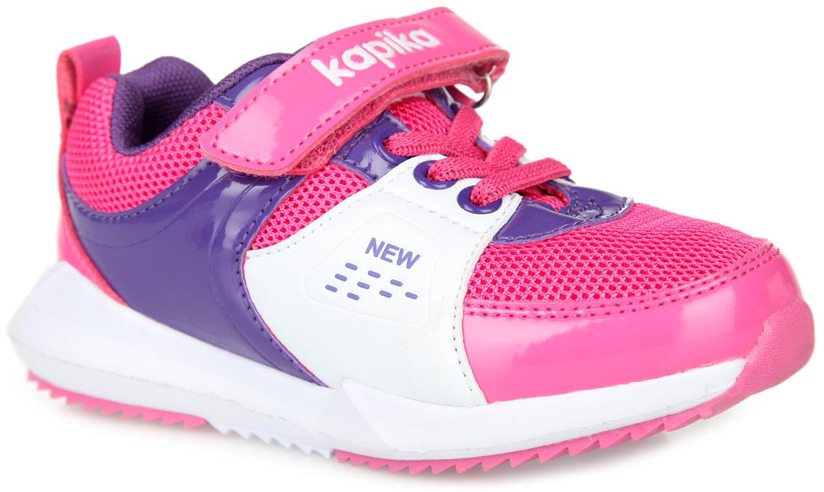 Кроссовки для девочки. 72156-272156-2Оригинальные кроссовки для девочки от Kapika заинтересуют вашу дочурку с первого взгляда. Модель выполнена из комбинации текстиля и искусственной кожи разной фактуры. Подъем оформлен декоративной эластичной шнуровкой и ремешком на застежке-липучке, надежно фиксирующим изделие на ножке. Мягкая верхняя часть и подкладка, выполненная из текстиля, гарантируют уют и предотвращают натирание. Анатомическая, влагопоглощающая, антибактериальная и амортизирующая стелька из ЭВА материала с верхним кожаным покрытием сохраняет комфортный микроклимат в обуви, обеспечивает эффективное поддержание свода стопы и правильное формирование детской стопы. Язычок декорирован оригинальным принтом с логотипом бренда, боковые стороны и ремешок - тиснением, задник - ярлычком для более удобного надевания обуви и тиснением в виде символики бренда. Подошва из ЭВА материала, дополненная вставками из ТЭП, оснащена рифлением для лучшей сцепки с поверхностью. Такие кроссовки займут достойное место среди обуви вашей...