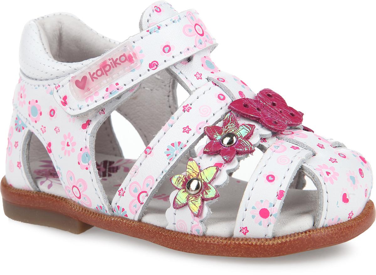 Сандалии для девочки. 1010010100-2Прелестные сандалии от Kapika очаруют вашу малышку с первого взгляда! Модель выполнена из натуральной кожи и оформлена ярким принтом, аппликациями в виде цветочков и бабочки. Полужесткий закрытый задник и ремешок на застежке-липучке обеспечивают оптимальную посадку обуви на ноге, не давая ей смещаться из стороны в сторону и назад. Стелька из натуральной кожи дополнена супинатором, который обеспечивает правильное положение ноги ребенка при ходьбе, предотвращает плоскостопие. Ортопедический каблук Томаса укрепляет подошву под средней частью стопы и препятствует ее заваливанию внутрь. Рифленый протектор на подошве обеспечивает идеальное сцепление с любой поверхностью. Стильные сандалии поднимут настроение вам и вашей дочурке!
