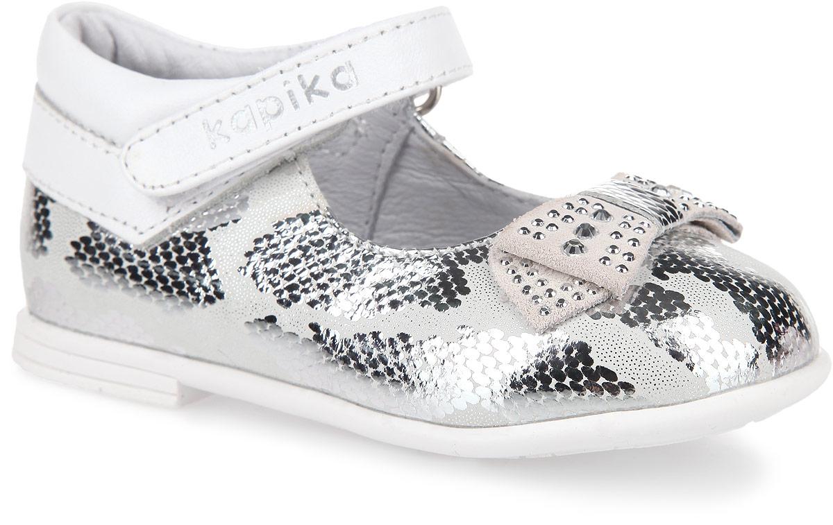Туфли для девочки. 21283-121283-1Очаровательные туфли от Kapika придутся по душе вашей юной моднице! Модель, выполненная из натуральной кожи, оформлена оригинальным принтом. Мыс туфель оформлен декоративным бантиком со стразами. Застегивается модель на ремешок с липучкой, оформленный фирменным тиснением. Внутренняя поверхность из натуральной кожи и стелька EVA с поверхностью из натуральной кожи гарантируют комфортный микроклимат обуви и эффективное поглощение влаги и неприятных запахов. Стелька дополнена супинатором, который обеспечивает правильное положение ноги ребенка при ходьбе, предотвращает плоскостопие. Рифление на подошве гарантирует отличное сцепление с любыми поверхностями. Удобные туфли - незаменимая вещь в гардеробе каждой девочки.