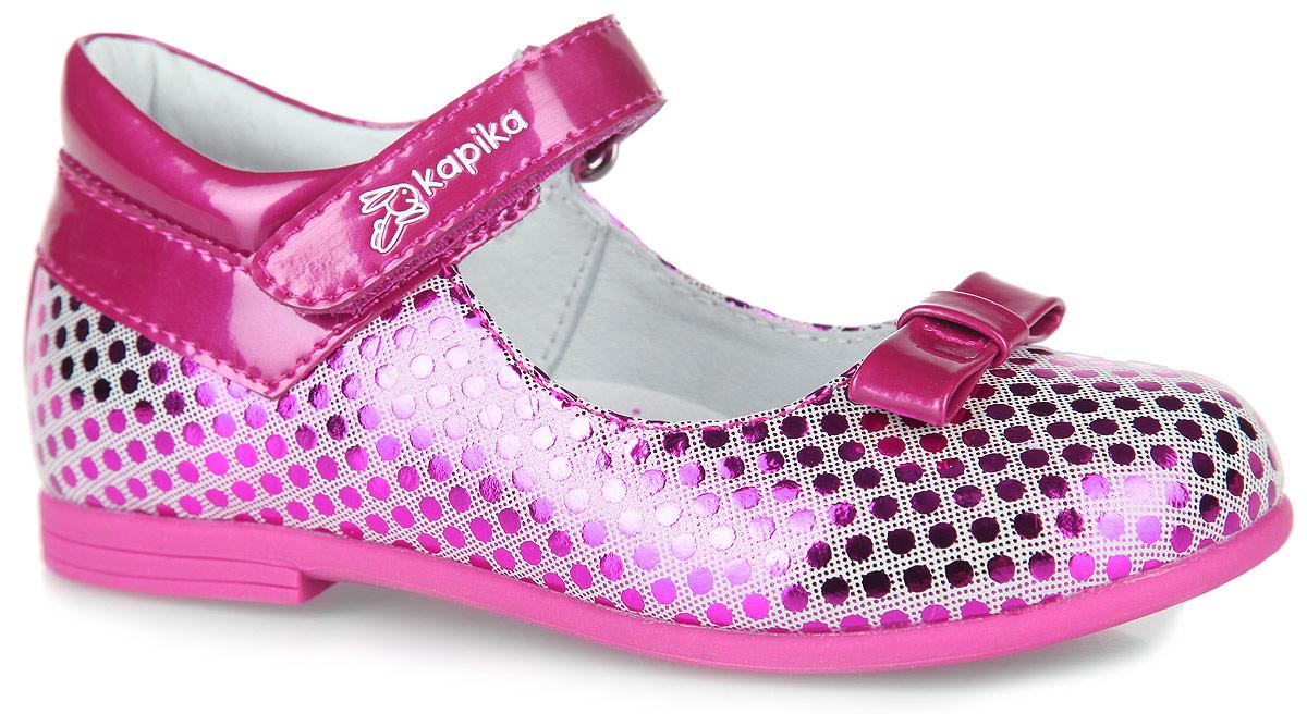 22325-1Очаровательные туфли от Kapika придутся по душе вашей юной моднице! Модель, выполненная из натуральной и искусственной кожи, оформлена принтом в горох. Мыс туфель оформлен декоративным бантиком. Застегивается обувь на ремешок с липучкой, оформленный фирменным тиснением. Внутренняя поверхность из натуральной кожи и стелька из материала EVA с поверхностью из натуральной кожи гарантируют комфортный микроклимат внутри обуви, эффективное поглощение влаги и неприятных запахов. Стелька дополнена супинатором, который обеспечивает правильное положение ноги ребенка при ходьбе, предотвращает плоскостопие. Рифление на подошве гарантирует отличное сцепление с любыми поверхностями. Удобные туфли - незаменимая вещь в гардеробе каждой девочки.