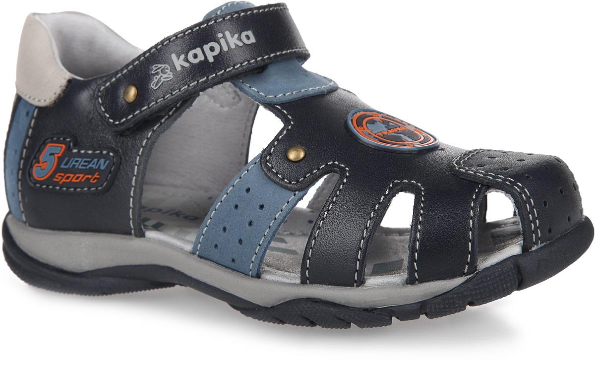 Сандалии для мальчика. 32052-132052-1Невероятно модные сандалии от Kapika очаруют вашего мальчика с первого взгляда! Модель выполнена из натуральной кожи и оформлена на ремешке тиснениями в виде названия и логотипа бренда, сбоку и на мысе - прорезиненными нашивками. Полужесткий закрытый задник и ремешок на застежке-липучке обеспечивают оптимальную посадку обуви на ноге. Стелька из натуральной кожи дополнена супинатором, который обеспечивает правильное положение ноги ребенка при ходьбе, предотвращает плоскостопие. Протектор на подошве гарантирует идеальное сцепление с любой поверхностью. Стильные и практичные сандалии поднимут настроение вам и вашему ребенку!
