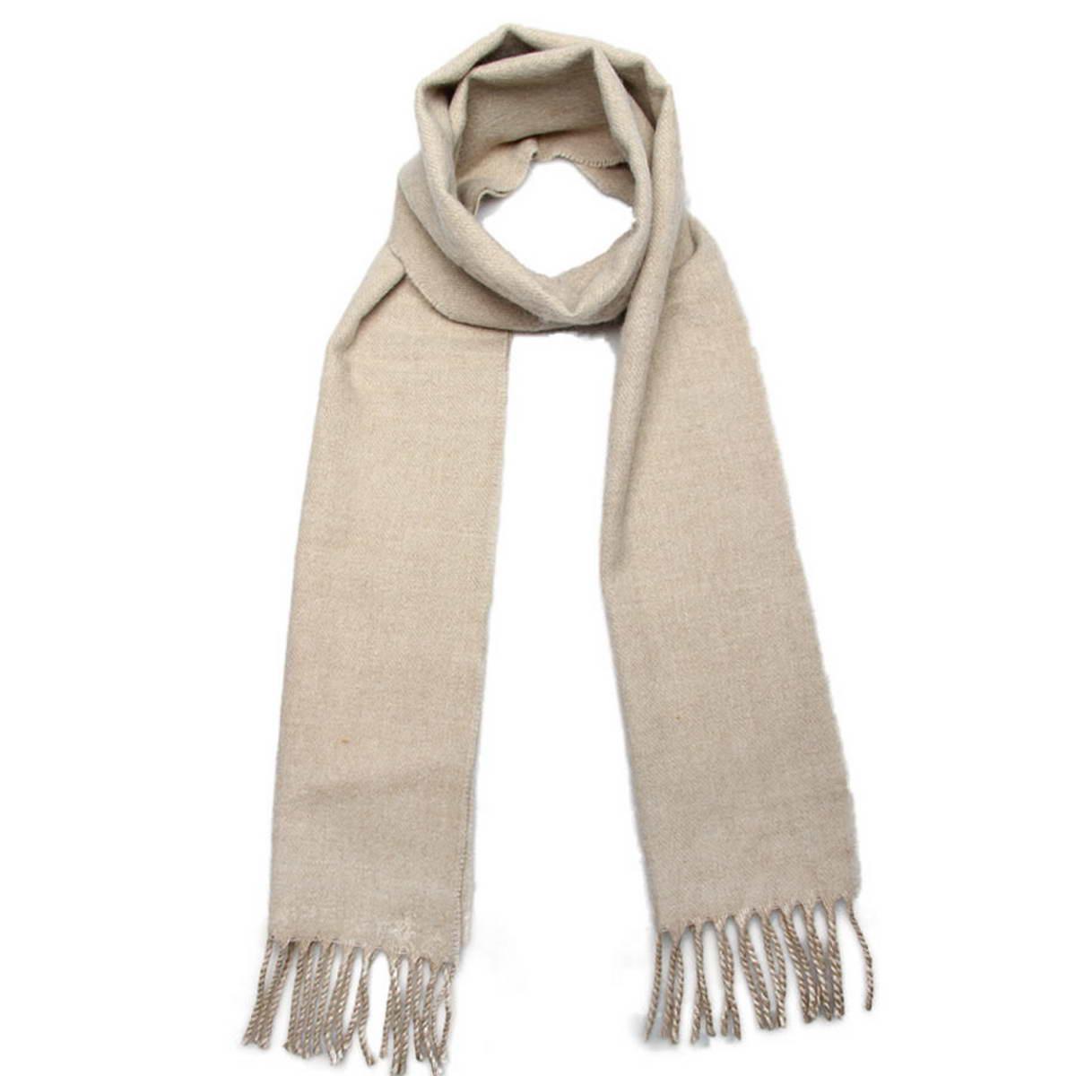 Шарф5003132-11Элегантный мужской шарф Venera согреет вас в холодное время года, а также станет изысканным аксессуаром, который призван подчеркнуть ваш стиль и индивидуальность. Оригинальный теплый шарф выполнен из высококачественной пряжи из шерсти и акрила. Однотонный шарф имеет строгую классическую расцветку и дополнен жгутиками по краю. Такой шарф станет превосходным дополнением к любому наряду, защитит вас от ветра и холода и позволит вам создать свой неповторимый стиль.