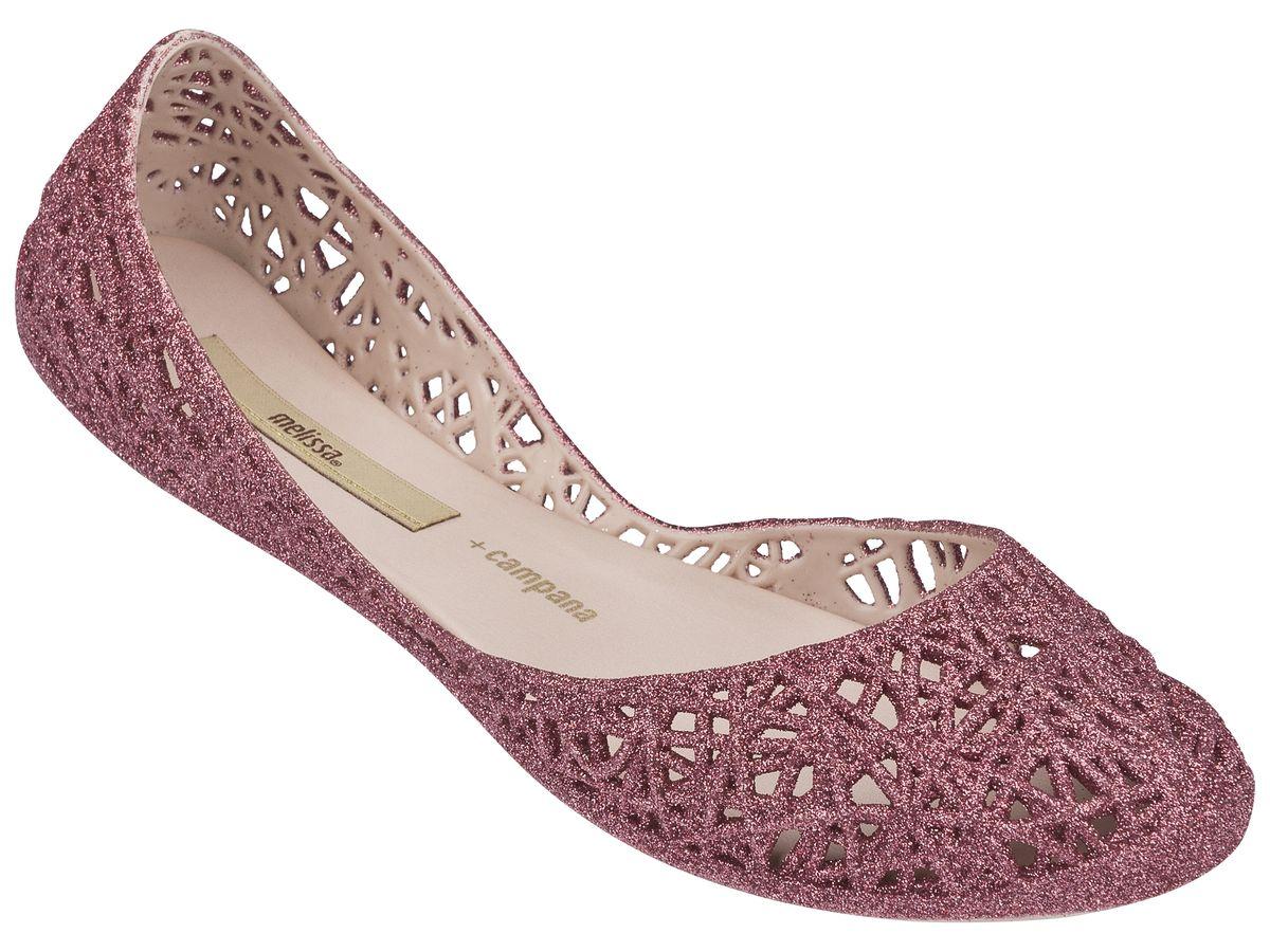 Балетки женские. 31513-5282931513-52829Это красивая обувь из чистого и экологичного пластика Melflex. Обувь получается бесшовной и на изготовление пары уходит около одной минуты. Она прочная и удобная. Этот материал пропускает воздух. Но главная отличительная особенность обуви от Melissa-она вкусно пахнет карамелью. В последние годы бренд стал очень популярен среди модниц и звёзд. В 2009 году они сделали первую совместную коллекцию с Вивьен Вествуд. С тех пор Mellisa стала сотрудничать с разными знаменитыми дизайнерами. Яркие и пастельные цвета, каблуки, стразы - глядя на некоторые босоножки, сложно поверить, что они сделаны из пластика. Обувь в которой можно пойти не только на пляж, но и на пляжную вечеринку. Поклонницами этой обуви стали Джессика Билл, защитница окружающей среды Алисия Сильверстоун, Кэти Перри, Дита фон Тиз и Памела Андерсон. Надеемся и ваc Melissa не оставит равнодушными