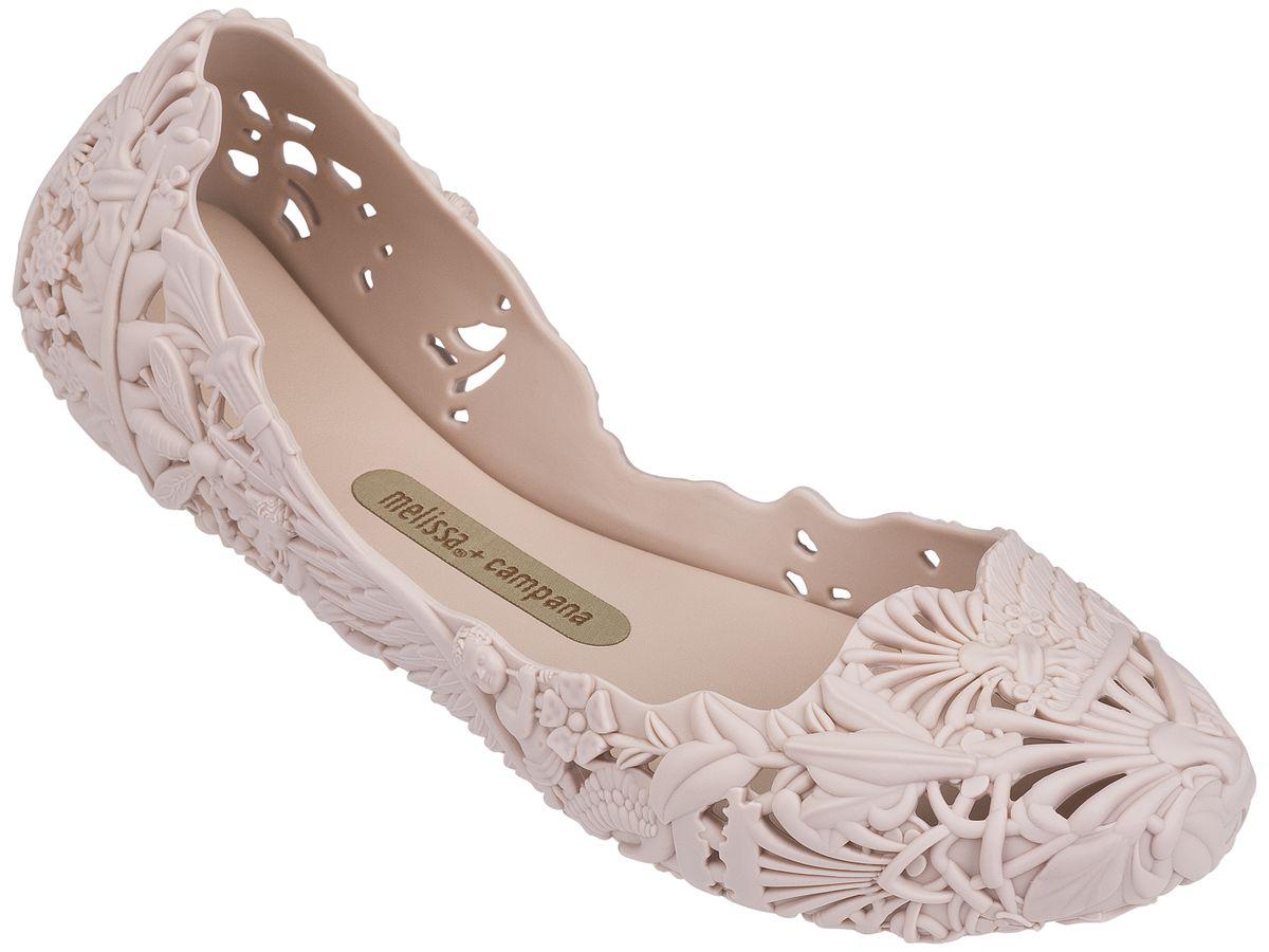 Балетки женские. 31672-127631672-1276Это красивая обувь из чистого и экологичного пластика Melflex. Обувь получается бесшовной и на изготовление пары уходит около одной минуты. Она прочная и удобная. Этот материал пропускает воздух. Но главная отличительная особенность обуви от Melissa-она вкусно пахнет карамелью. В последние годы бренд стал очень популярен среди модниц и звёзд. В 2009 году они сделали первую совместную коллекцию с Вивьен Вествуд. С тех пор Mellisa стала сотрудничать с разными знаменитыми дизайнерами. Яркие и пастельные цвета, каблуки, стразы - глядя на некоторые босоножки, сложно поверить, что они сделаны из пластика. Обувь в которой можно пойти не только на пляж, но и на пляжную вечеринку. Поклонницами этой обуви стали Джессика Билл, защитница окружающей среды Алисия Сильверстоун, Кэти Перри, Дита фон Тиз и Памела Андерсон. Надеемся и ваc Melissa не оставит равнодушными