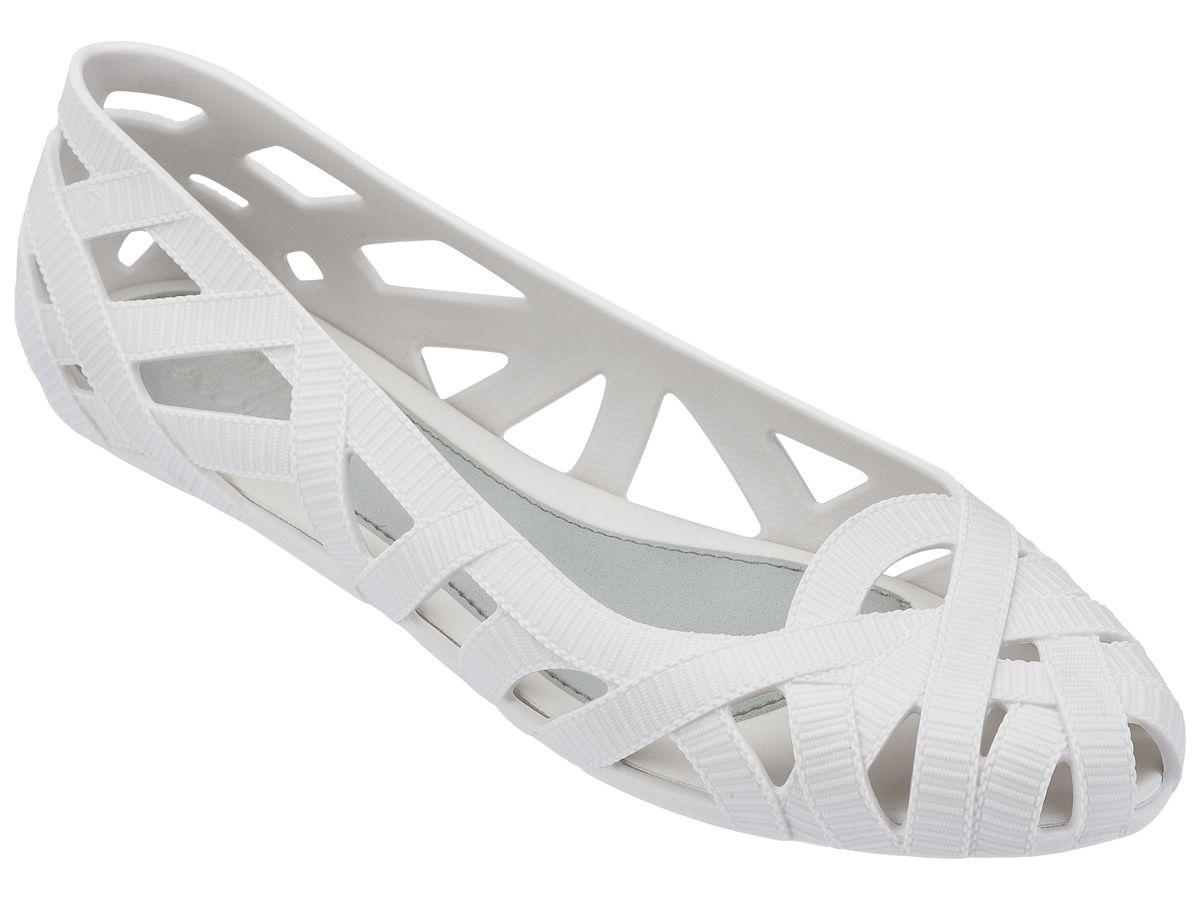 Балетки женские. 31698-117731698-1177Это красивая обувь из чистого и экологичного пластика Melflex. Обувь получается бесшовной и на изготовление пары уходит около одной минуты. Она прочная и удобная. Этот материал пропускает воздух. Но главная отличительная особенность обуви от Melissa-она вкусно пахнет карамелью. В последние годы бренд стал очень популярен среди модниц и звёзд. В 2009 году они сделали первую совместную коллекцию с Вивьен Вествуд. С тех пор Mellisa стала сотрудничать с разными знаменитыми дизайнерами. Яркие и пастельные цвета, каблуки, стразы - глядя на некоторые босоножки, сложно поверить, что они сделаны из пластика. Обувь в которой можно пойти не только на пляж, но и на пляжную вечеринку. Поклонницами этой обуви стали Джессика Билл, защитница окружающей среды Алисия Сильверстоун, Кэти Перри, Дита фон Тиз и Памела Андерсон. Надеемся и ваc Melissa не оставит равнодушными