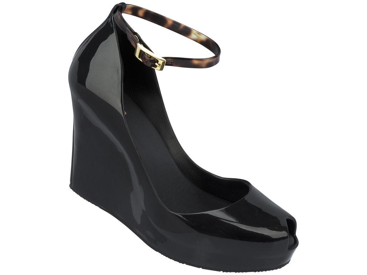 Босоножки женские. 31701-100331701-1003Это красивая обувь из чистого и экологичного пластика Melflex. Обувь получается бесшовной и на изготовление пары уходит около одной минуты. Она прочная и удобная. Этот материал пропускает воздух. Но главная отличительная особенность обуви от Melissa-она вкусно пахнет карамелью. В последние годы бренд стал очень популярен среди модниц и звёзд. В 2009 году они сделали первую совместную коллекцию с Вивьен Вествуд. С тех пор Mellisa стала сотрудничать с разными знаменитыми дизайнерами. Яркие и пастельные цвета, каблуки, стразы - глядя на некоторые босоножки, сложно поверить, что они сделаны из пластика. Обувь в которой можно пойти не только на пляж, но и на пляжную вечеринку. Поклонницами этой обуви стали Джессика Билл, защитница окружающей среды Алисия Сильверстоун, Кэти Перри, Дита фон Тиз и Памела Андерсон. Надеемся и ваc Melissa не оставит равнодушными