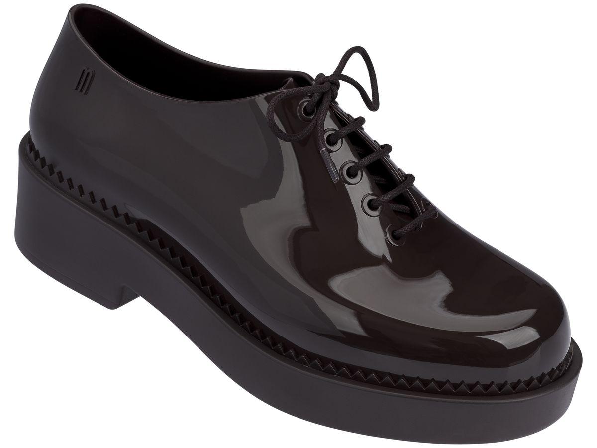 Полуботинки женские. 31773-156231773-1562Это красивая обувь из чистого и экологичного пластика Melflex. Обувь получается бесшовной и на изготовление пары уходит около одной минуты. Она прочная и удобная. Этот материал пропускает воздух. Но главная отличительная особенность обуви от Melissa-она вкусно пахнет карамелью. В последние годы бренд стал очень популярен среди модниц и звёзд. В 2009 году они сделали первую совместную коллекцию с Вивьен Вествуд. С тех пор Mellisa стала сотрудничать с разными знаменитыми дизайнерами. Яркие и пастельные цвета, каблуки, стразы - глядя на некоторые босоножки, сложно поверить, что они сделаны из пластика. Обувь в которой можно пойти не только на пляж, но и на пляжную вечеринку. Поклонницами этой обуви стали Джессика Билл, защитница окружающей среды Алисия Сильверстоун, Кэти Перри, Дита фон Тиз и Памела Андерсон. Надеемся и ваc Melissa не оставит равнодушными