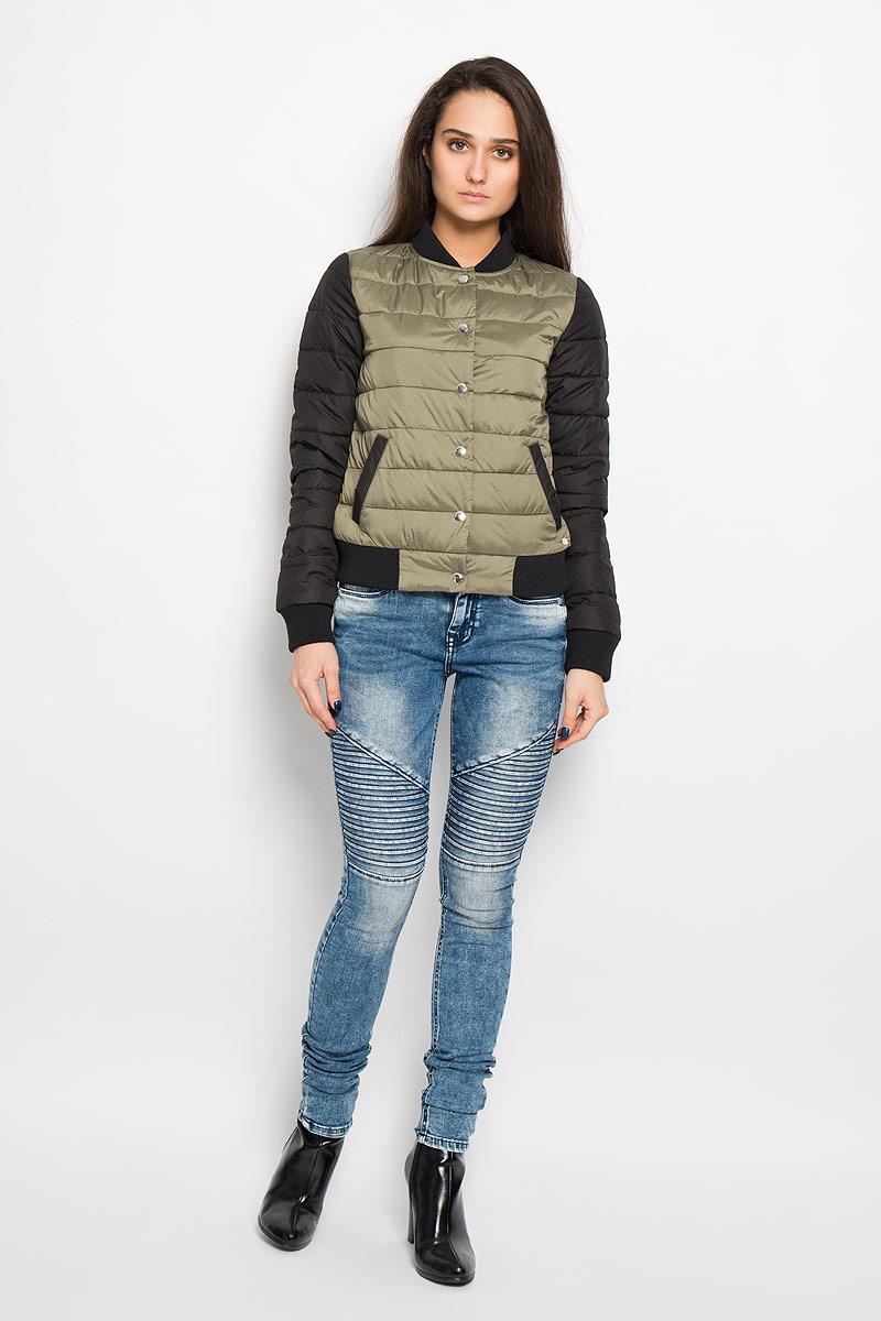 Куртка3532567.00.71Удобная женская куртка Tom Tailor согреет вас в прохладную погоду и позволит выделиться из толпы. Модель с длинными рукавами и воротником-стойкой из прочного полиэстера, и застегивается на кнопки. Низ рукава и изделия оформлен широкой трикотажной манжетой. Воротник также выполнен из трикотажного материала. Куртка дополнена двумя втачными карманами и металлической нашивкой с логотипом бренда. Сзади на уровне лопаток небольшая металлическая нашивка с логотипом бренда. Эта модная и в то же время комфортная куртка - отличный вариант для прогулок, она подчеркнет ваш изысканный вкус и поможет создать неповторимый образ.