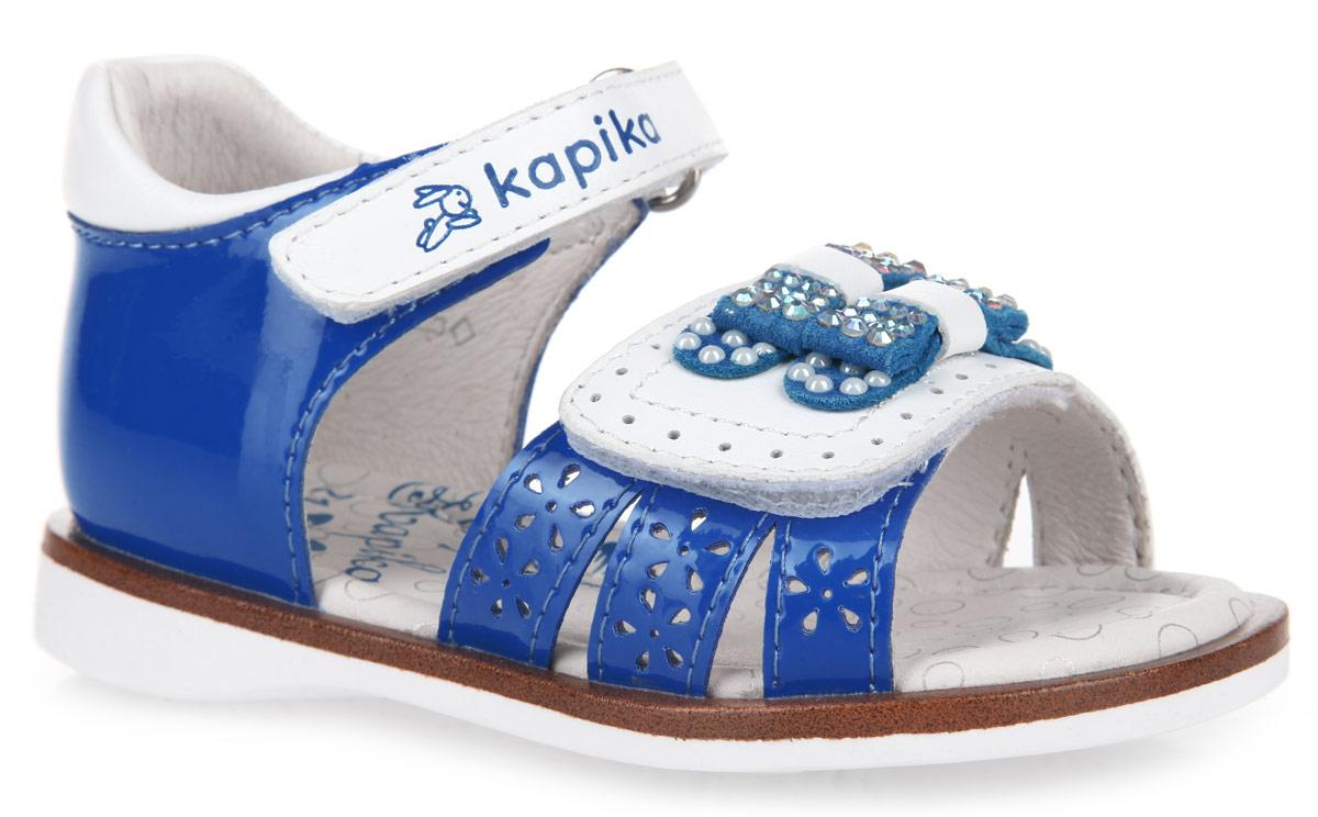 Сандалии для девочки. 3120731207-1Прелестные сандалии от Kapika очаруют вашу малышку с первого взгляда! Модель выполнена из натуральной и искусственной кожи. Три ремешка, расположенные спереди, декорированы перфорацией в виде цветочков. Ремешок на мысе декорирован двумя бантиками, украшенными стразами и перламутровыми бусинами. Полужесткий закрытый задник и фиксирующие ремешки на застежках-липучках обеспечивают оптимальную посадку обуви на ноге, не давая ей смещаться из стороны в сторону и назад. Стелька из натуральной кожи дополнена супинатором, который обеспечивает правильное положение ноги ребенка при ходьбе, предотвращает плоскостопие. Рифленая поверхность подошвы с рисунком в виде бабочек гарантирует отличное сцепление с любыми поверхностями. Стильные сандалии поднимут настроение вам и вашей дочурке!