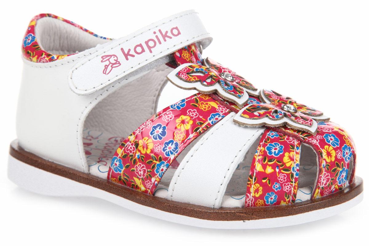Сандалии для девочки. 31257/3225731257-1Очаровательные сандалии от Kapika придутся по душе вашей малышке! Модель выполнена из натуральной кожи и оформлена цветочным принтом, на подошве - вставкой контрастного цвета, стилизованной под дерево. Т-ремешок декорирован аппликациями в виде двух бабочек, украшенных стразами. Полужесткий закрытый задник и ремешок на застежке-липучке обеспечивают оптимальную посадку обуви на ноге, не давая ей смещаться из стороны в сторону и назад. Стелька из натуральной кожи дополнена супинатором, который обеспечивает правильное положение ноги ребенка при ходьбе, предотвращает плоскостопие. Гибкая подошва обеспечивает достаточное, но не чрезмерное сгибание. Рифленая поверхность подошвы гарантирует отличное сцепление с любыми поверхностями. Стильные сандалии поднимут настроение вам и вашей дочурке!