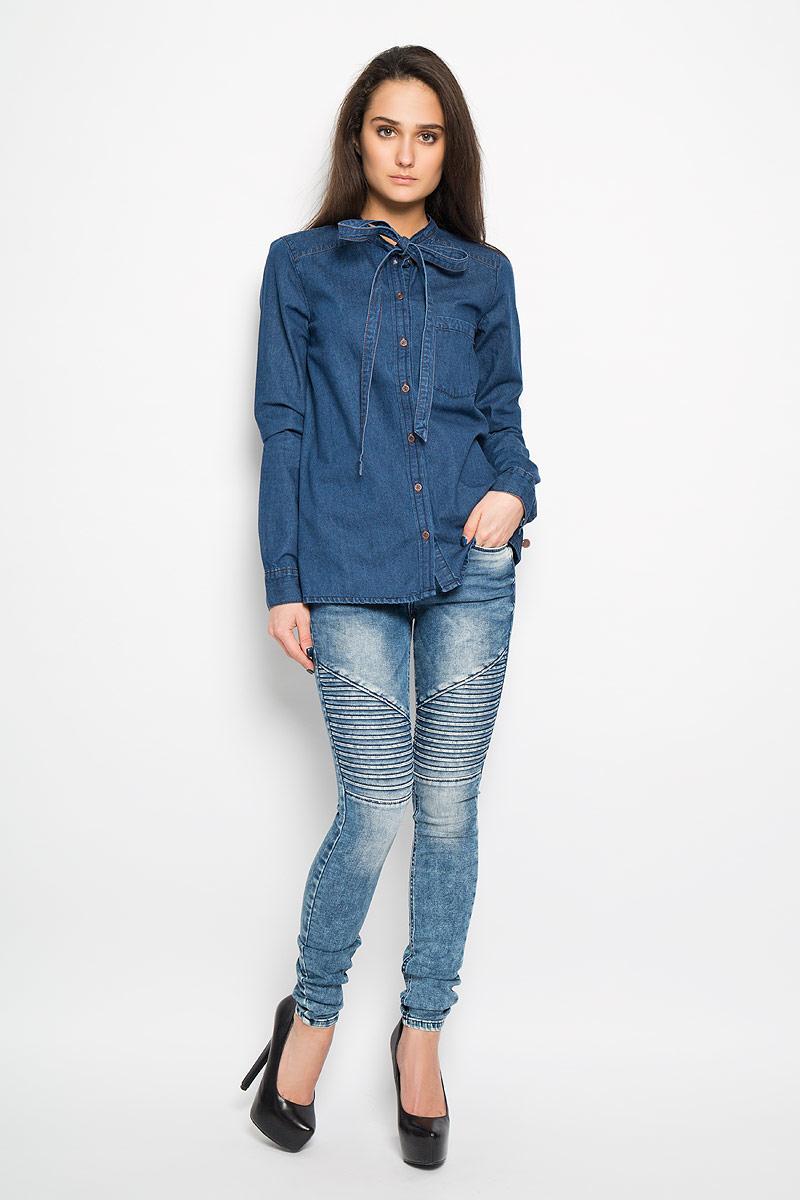Блузка2031658.00.71Очаровательная блузка Tom Tailor очень удобна и практична - прекрасный вариант на каждый день. Изготовлена блузка из натурального хлопка. Модель прямого кроя с воротником-стойкой переходящим в длинные декоративные завязки, длинными рукавами и застегивается на пуговицы. Спереди блузка дополнена небольшим накладным карманом и металлической нашивкой с логотипом бренда. Низ рукава обработан манжетой. Такая блузка будет гармонично смотрятся как с классическими брюками, так и с юбкой-карандаш или шортами. Модная блузка займет достойное место в вашем гардеробе.