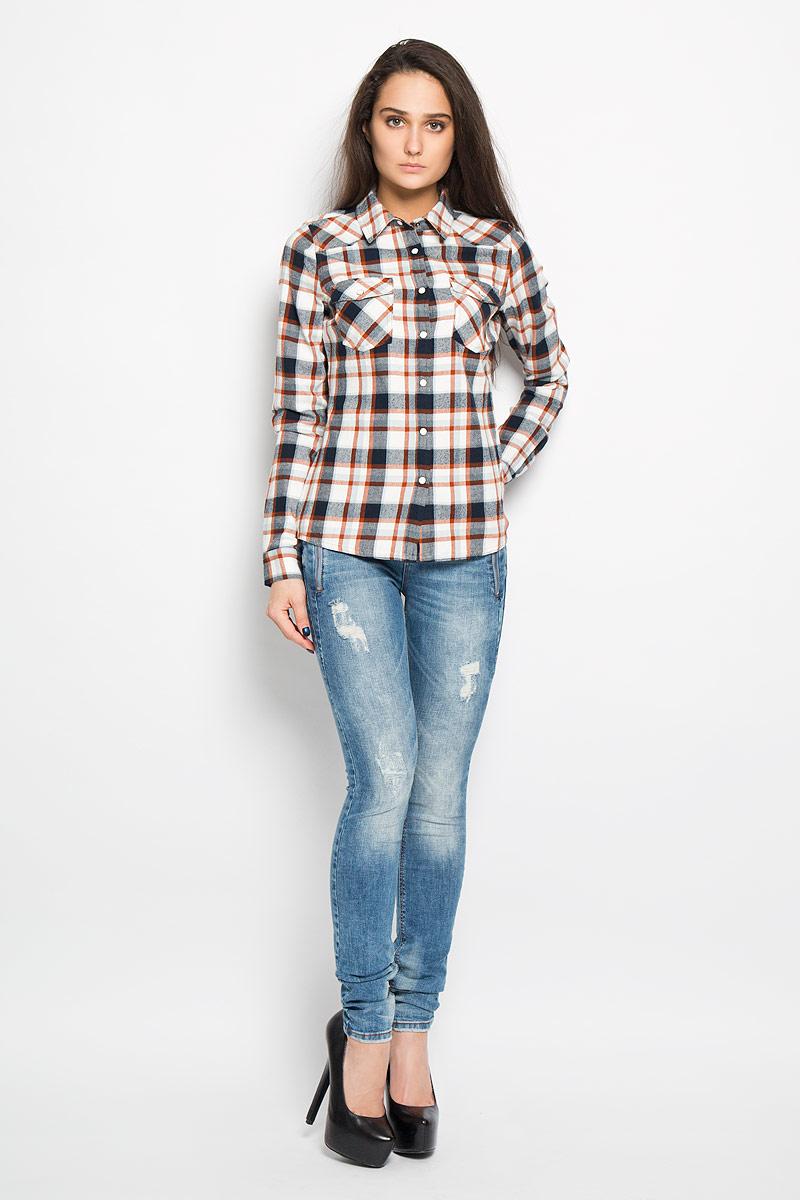 Рубашка2031990.00.71Очаровательная блузка Tom Tailor очень удобна и практична - прекрасный вариант на каждый день. Изготовлена блузка из натурального хлопка с оригинальным принтом в крупную клетку. Модель прямого кроя с отложным воротником, длинными рукавами и застегивается на кнопки. Спереди блузка дополнена двумя накладными карманами, которые закрываются клапаном и застегиваются на кнопку. Низ рукава обработан манжетой. Такая блузка будет гармонично смотрятся как с классическими брюками, так и с юбкой-карандаш или шортами. Модная блузка займет достойное место в вашем гардеробе.