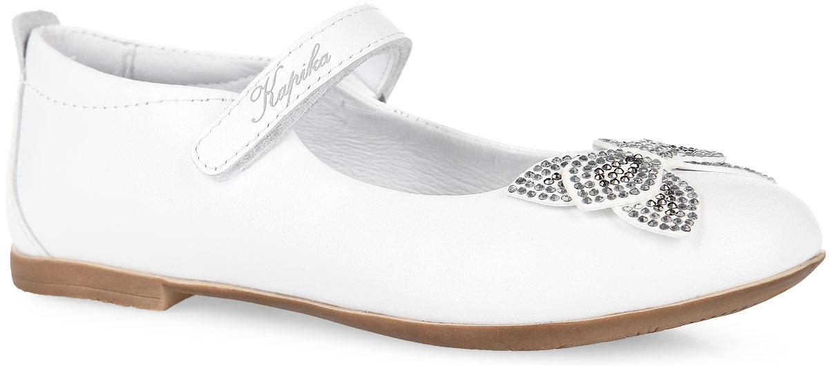 23396-2Восхитительные туфли от Kapika придутся по душе вашей маленькой моднице. Модель выполнена из натуральной кожи и декорирована на мысе милым бантиком-бабочкой, усеянным стразами, на ремешке - символикой бренда. Ремешок на застежке-липучке отвечает за надежную фиксацию модели на ноге. Подкладка, изготовленная из натуральной кожи, гарантирует уют и предотвращает натирание. Стелька из ЭВА с кожаным верхним покрытием дополнена супинатором, который обеспечивает правильное положение ноги ребенка при ходьбе, предотвращает плоскостопие. Подошва оснащена рифлением для лучшего сцепления с любыми поверхностями. Модные и удобные туфли займут достойное место в гардеробе вашей девочки.