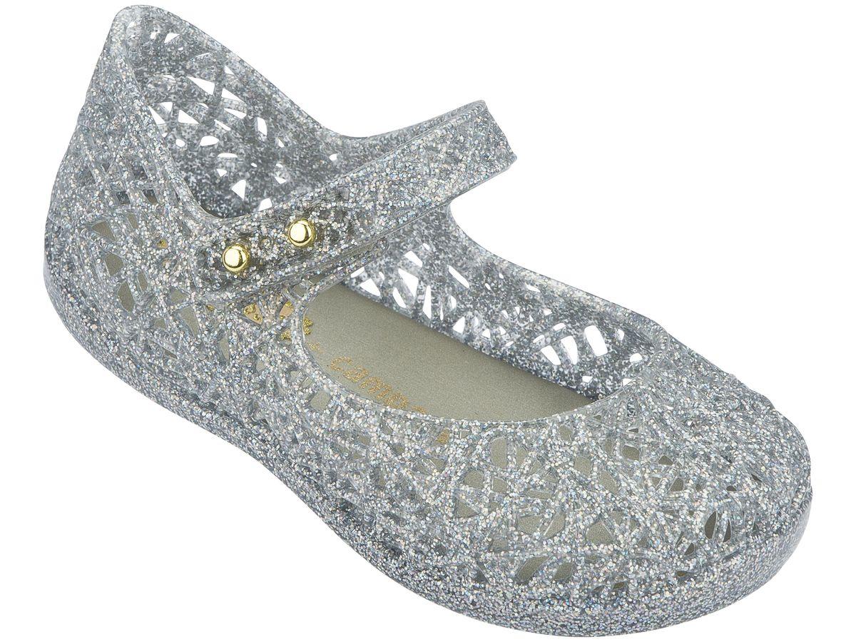 Пантолеты для девочки. 31510-3777 (6)31510-3777 (6)Это красивая обувь из чистого и экологичного пластика Melflex. Обувь получается бесшовной и на изготовление пары уходит около одной минуты. Она прочная и удобная. Этот материал пропускает воздух. Но главная отличительная особенность обуви от Melissa-она вкусно пахнет карамелью. В последние годы бренд стал очень популярен среди модниц и звёзд. В 2009 году они сделали первую совместную коллекцию с Вивьен Вествуд. С тех пор Mellisa стала сотрудничать с разными знаменитыми дизайнерами. Яркие и пастельные цвета, каблуки, стразы - глядя на некоторые босоножки, сложно поверить, что они сделаны из пластика. Обувь в которой можно пойти не только на пляж, но и на пляжную вечеринку. Поклонницами этой обуви стали Джессика Билл, защитница окружающей среды Алисия Сильверстоун, Кэти Перри, Дита фон Тиз и Памела Андерсон. Надеемся и ваc Melissa не оставит равнодушными)