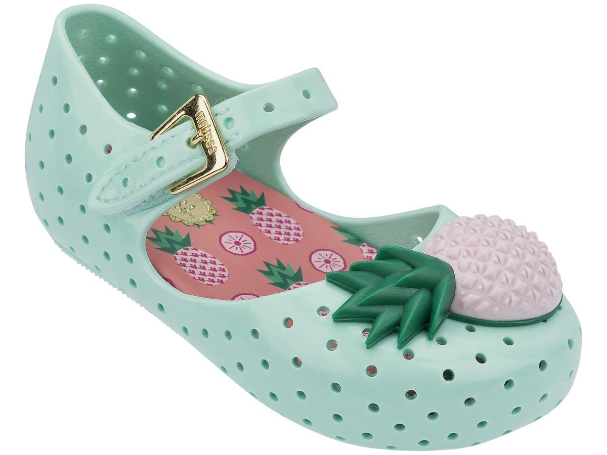 Пантолеты для девочки. 31697-5096131697-50961Это красивая обувь из чистого и экологичного пластика Melflex. Обувь получается бесшовной и на изготовление пары уходит около одной минуты. Она прочная и удобная. Этот материал пропускает воздух. Но главная отличительная особенность обуви от Melissa-она вкусно пахнет карамелью. В последние годы бренд стал очень популярен среди модниц и звёзд. В 2009 году они сделали первую совместную коллекцию с Вивьен Вествуд. С тех пор Mellisa стала сотрудничать с разными знаменитыми дизайнерами. Яркие и пастельные цвета, каблуки, стразы - глядя на некоторые босоножки, сложно поверить, что они сделаны из пластика. Обувь в которой можно пойти не только на пляж, но и на пляжную вечеринку. Поклонницами этой обуви стали Джессика Билл, защитница окружающей среды Алисия Сильверстоун, Кэти Перри, Дита фон Тиз и Памела Андерсон. Надеемся и ваc Melissa не оставит равнодушными)