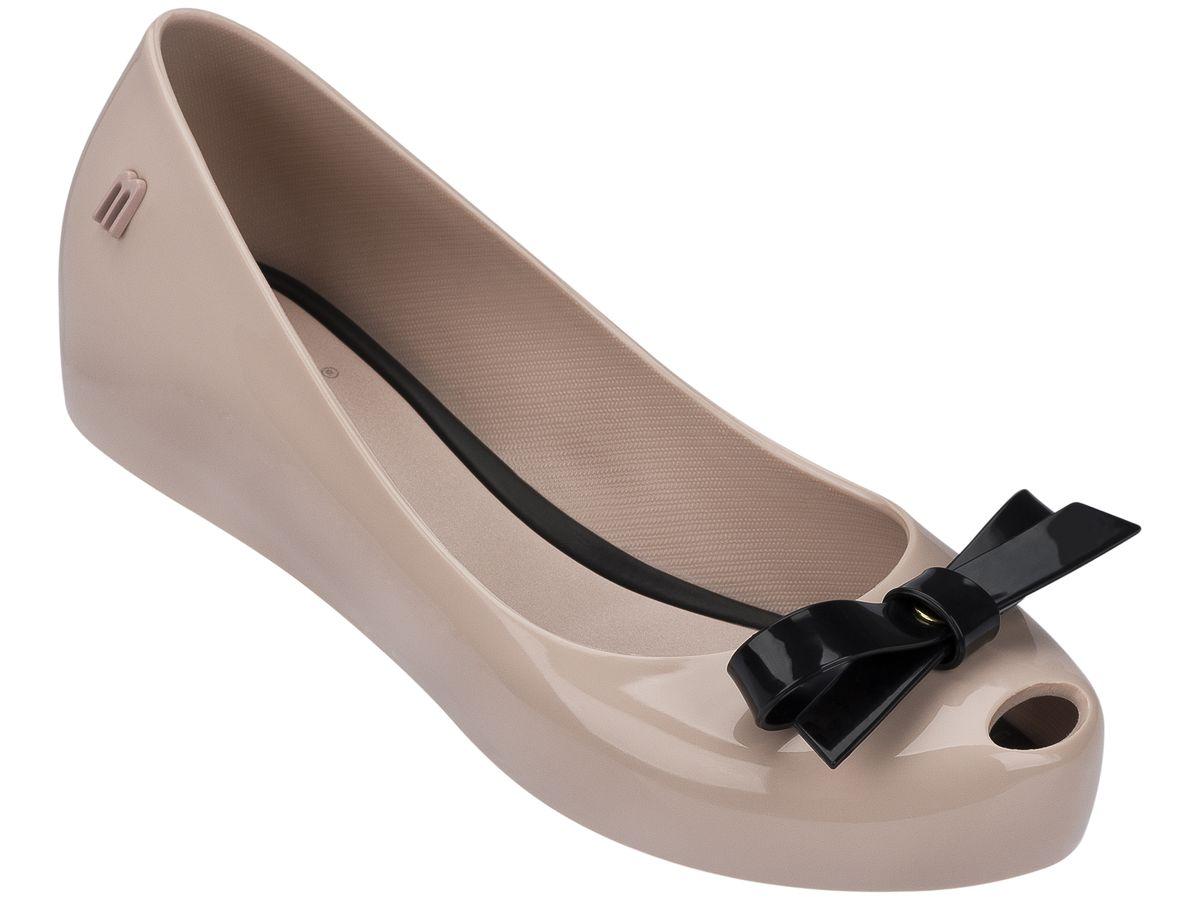 Пантолеты для девочки. 31845-51662 (6)31845-51662 (6)Это красивая обувь из чистого и экологичного пластика Melflex. Обувь получается бесшовной и на изготовление пары уходит около одной минуты. Она прочная и удобная. Этот материал пропускает воздух. Но главная отличительная особенность обуви от Melissa-она вкусно пахнет карамелью. В последние годы бренд стал очень популярен среди модниц и звёзд. В 2009 году они сделали первую совместную коллекцию с Вивьен Вествуд. С тех пор Mellisa стала сотрудничать с разными знаменитыми дизайнерами. Яркие и пастельные цвета, каблуки, стразы - глядя на некоторые босоножки, сложно поверить, что они сделаны из пластика. Обувь в которой можно пойти не только на пляж, но и на пляжную вечеринку. Поклонницами этой обуви стали Джессика Билл, защитница окружающей среды Алисия Сильверстоун, Кэти Перри, Дита фон Тиз и Памела Андерсон. Надеемся и ваc Melissa не оставит равнодушными)