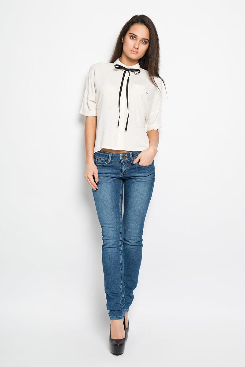 Блузка2031414.01.71Стильная женская блуза Tom Tailor Denim, выполненная из вискозы, подчеркнет ваш уникальный стиль и поможет создать оригинальный женственный образ. Блузка свободного кроя с короткими рукавами и отложным воротником оформлена оригинальным ненавязчивым рисунком. Модель застегивается на пуговицы скрытые под планкой, низ рукавов обработан манжетами. Спереди модель дополнена имитацией втачного кармана, а сзади небольшой складкой. Блуза сзади удлинена. Модель дополнена съемной тесьмой по линии горловины, которую можно оригинально завязать. Легкая блуза идеально подойдет для жарких летних дней. Такая блузка будет дарить вам комфорт в течение всего дня и послужит замечательным дополнением к вашему гардеробу.