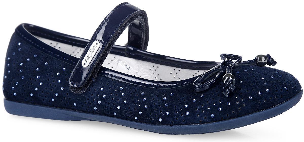Туфли для девочки. 2339523395-2Чудесные туфли от Kapika придутся по душе вашей моднице. Модель, выполненная из натуральной замши и искусственной лакированной кожи, оформлена стразами и перфорацией. Мыс декорирован милым бантиком, дополненным металлическими бусинами. Ремешок с застежкой-липучкой отвечает за надежную фиксацию модели на ноге. Подкладка, изготовленная из натуральной кожи, гарантирует комфорт и предотвращает натирание. Стелька из материала ЭВА с поверхностью из натуральной кожи дополнена супинатором, который обеспечивает правильное положение ноги ребенка при ходьбе, предотвращает плоскостопие. Подошва оснащена рифлением для лучшего сцепления с любыми поверхностями. Модные и удобные туфли займут достойное место в гардеробе вашей девочки.