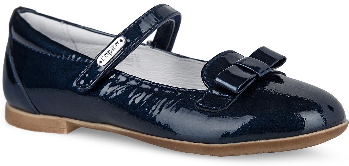 23402-2Чудесные туфли от Kapika придутся по душе вашей маленькой моднице. Модель выполнена из натуральной лакированной кожи и оформлена на мысе милым бантиком. Ремешок на застежке-липучке отвечает за надежную фиксацию модели на ноге. Подкладка, изготовленная из натуральной кожи, гарантирует уют и предотвращает натирание. Стелька из ЭВА с кожаным верхним покрытием дополнена супинатором, который обеспечивает правильное положение ноги ребенка при ходьбе, предотвращает плоскостопие. Подошва оснащена рифлением для лучшего сцепления с любыми поверхностями. Модные и удобные туфли займут достойное место в гардеробе вашей девочки.