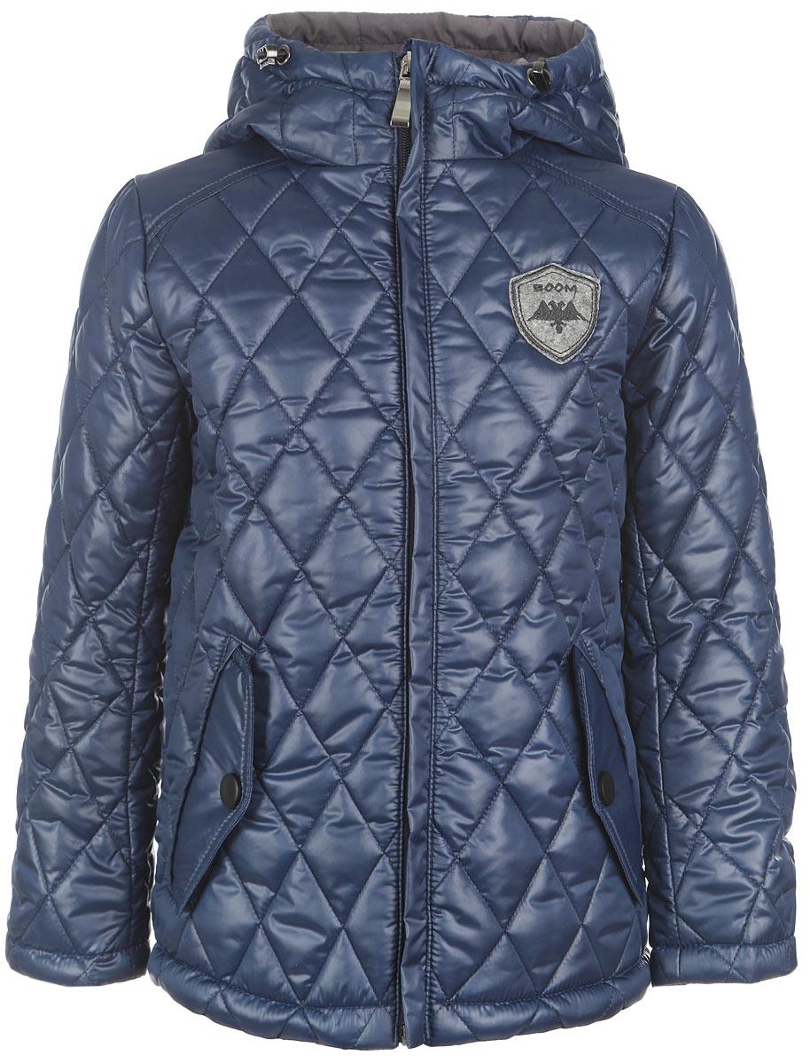 Куртка для мальчика. 63638DM_BOB63638DM_BOB_вариант 1Стеганая куртка для мальчика Boom! станет стильным дополнением к детскому гардеробу в прохладную погоду. Модель изготовлена из водонепроницаемой и ветрозащитной ткани, на комбинированной подкладке из полиэстера с добавлением вискозы и хлопка. Куртка мягкая и приятная на ощупь, не сковывает движения, легко стирается и быстро сушится. В качестве утеплителя используется синтепон, который максимально сохраняет тепло. Куртка с капюшоном застегивается на пластиковую молнию с защитой подбородка и дополнительно имеет внешнюю ветрозащитную планку. Капюшон не отстегивается, по краю дополнен эластичным шнурком со стопперами. По бокам предусмотрены два прорезных кармана с клапанами на кнопках. Модель украшена нашивкой на груди. Изделие дополнено светоотражающим элементом для безопасности ребенка в темное время суток. Легкая, удобная и практичная куртка идеально подойдет для прогулок и игр на свежем воздухе!