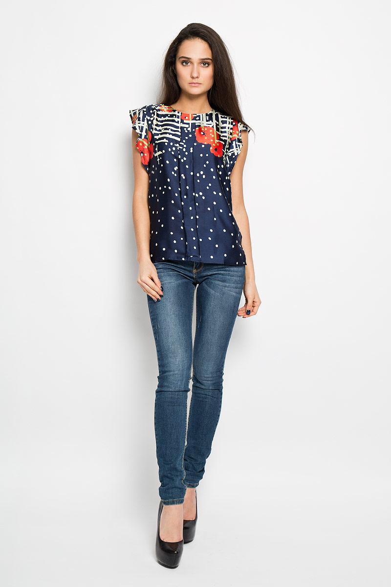 150030Очаровательная блузка F5 очень удобна и практична - прекрасный вариант на каждый день. Изготовлена блузка из полиэстера. Модель приталенного кроя с круглым вырезом горловины с рукавами-крылышками. Спереди модель дополнена складкой. Сзади блуза немного удлинена и дополнена небольшим разрезом. Изделие сзади застегивается на пуговицу. Модель оформлена оригинальным принтом. Такая блузка будет гармонично смотрятся как с классическими брюками, так и с юбкой-карандаш или шортами. Модная блузка займет достойное место в вашем гардеробе.