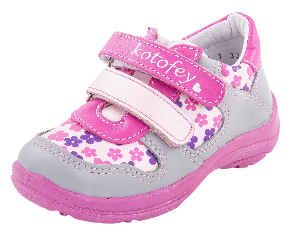Туфли для девочек. 332030-23332030-23Удобные и комфортные полуботинки выполнены полностью из натуральной кожи. Стелька из натуральной кожи, дублированная мягким вспененным материалом, обладает свойствами гигроскопичности и воздухопроницаемости. Два ремня с застежкой велькро позволяет легко обувать и снимать обувь и надежно фиксируют ножку малыша. Литьевой метод крепления подошвы обеспечивает ей максимальную прочность, необходимую гибкость и минимальный вес. Подошва имеет анатомическую форму следа и в точности повторяет изгибы свода стопы, что позволяет ноге чувствовать себя комфортно весь день. Мягкий манжет создает комфорт при ходьбе и предотвращает натирание ножки ребенка. Ярких красок в модель вносит флористический принт и контрастные ремни.
