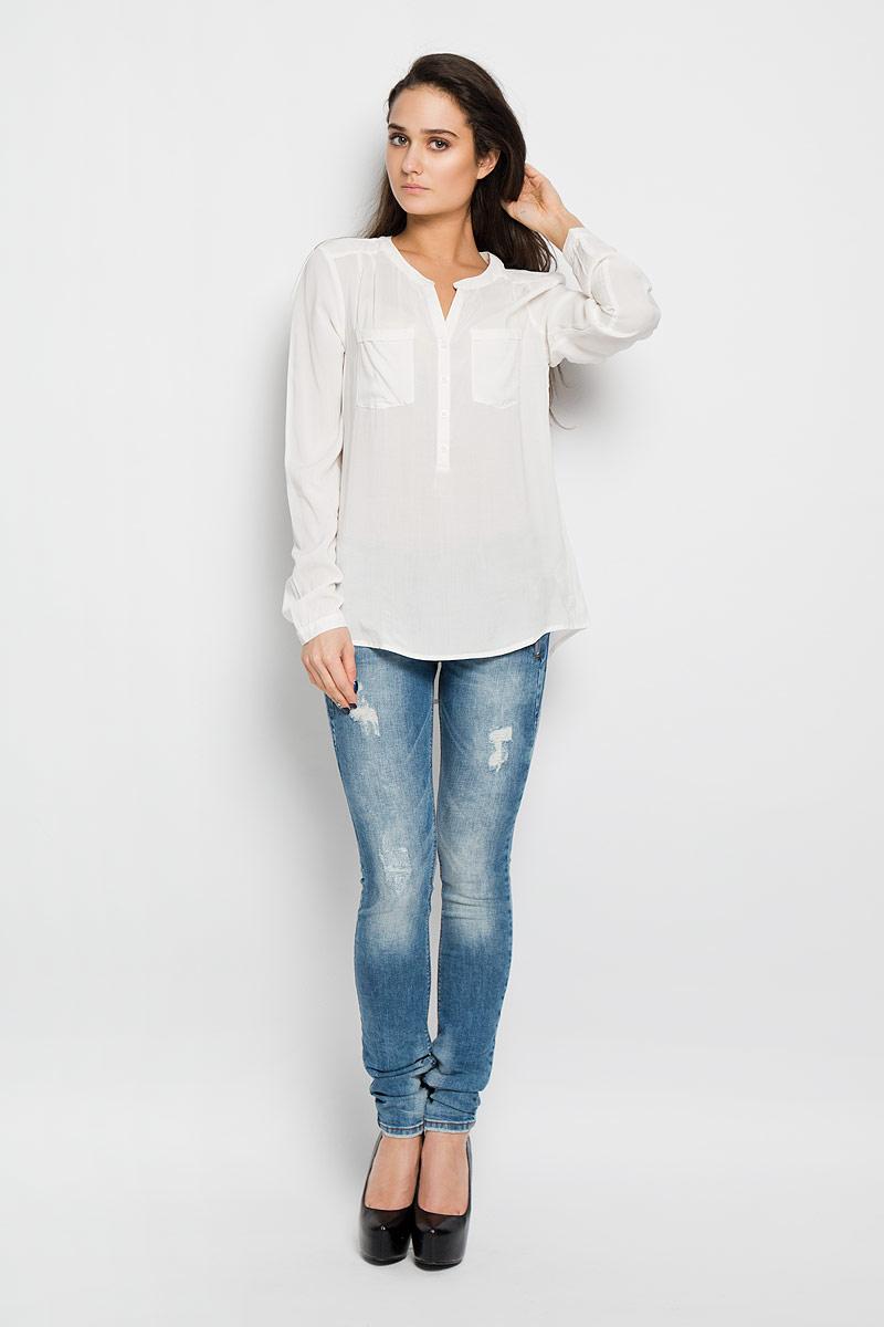 2031141.09.71Стильная женская блуза Tom Tailor Denim, выполненная из высококачественной вискозы, подчеркнет ваш уникальный стиль и поможет создать оригинальный женственный образ. Блузка с круглым вырезом горловины и длинными рукавами застегивается спереди на пуговицы, манжеты рукавов также дополнены пуговицами. Спинка немного удлинена. На груди модель дополнена двумя накладными карманами; спинка по центру присборена. Изделие спереди декорировано вышивкой. Модель идеально подойдет для жарких летних дней. Такая блузка будет дарить вам комфорт в течение всего дня и послужит замечательным дополнением к вашему гардеробу.