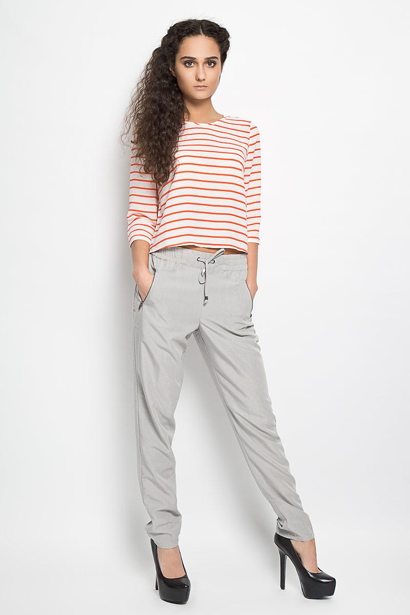10156008 890Стильные женские брюки Broadway Beryl станут модным дополнением к вашему гардеробу. Модель прямого кроя и средней посадки изготовлена из высококачественного материала и дополнена широкой эластичной резинкой на поясе. Объем талии регулируется при помощи шнурка-кулиски. Брюки спереди оснащены двумя прорезными карманами на застежках-молниях. Эти эффектные и в то же время удобные брюки - настоящее воплощение комфорта. В них вы всегда будете чувствовать себя уверенно и уютно.