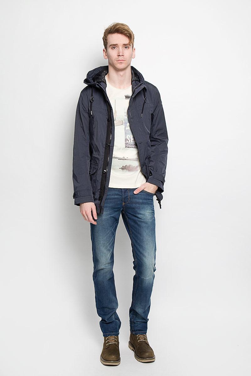 Куртка3532474.00.10Стильная мужская куртка Tom Tailor, выполненная из высококачественного материала, отлично подойдет для прохладных дней. Куртка на подкладке с несъемным капюшоном застегивается на пластиковую застежку-молнию и дополнительно имеет ветрозащитный клапан на кнопках и пуговицах и защиту подбородка. Капюшон регулируется с помощью шнурка со стопперами. Для удобства край капюшона можно закрепить с внешней стороны на кнопки. Объем манжет рукавов регулируется хлястиками на пуговицах. На талии куртка утягивается с помощью скрытого шнурка со стопперами. Спереди модель дополнена двумя прорезными карманами на кнопках и двумя накладными карманами, закрывающимися клапанами на пуговицах. Внутри предусмотрен накладной карман на липучке. Эта модная и в то же время комфортная куртка согреет вас в холодное время года и прекрасно подойдет для прогулок.