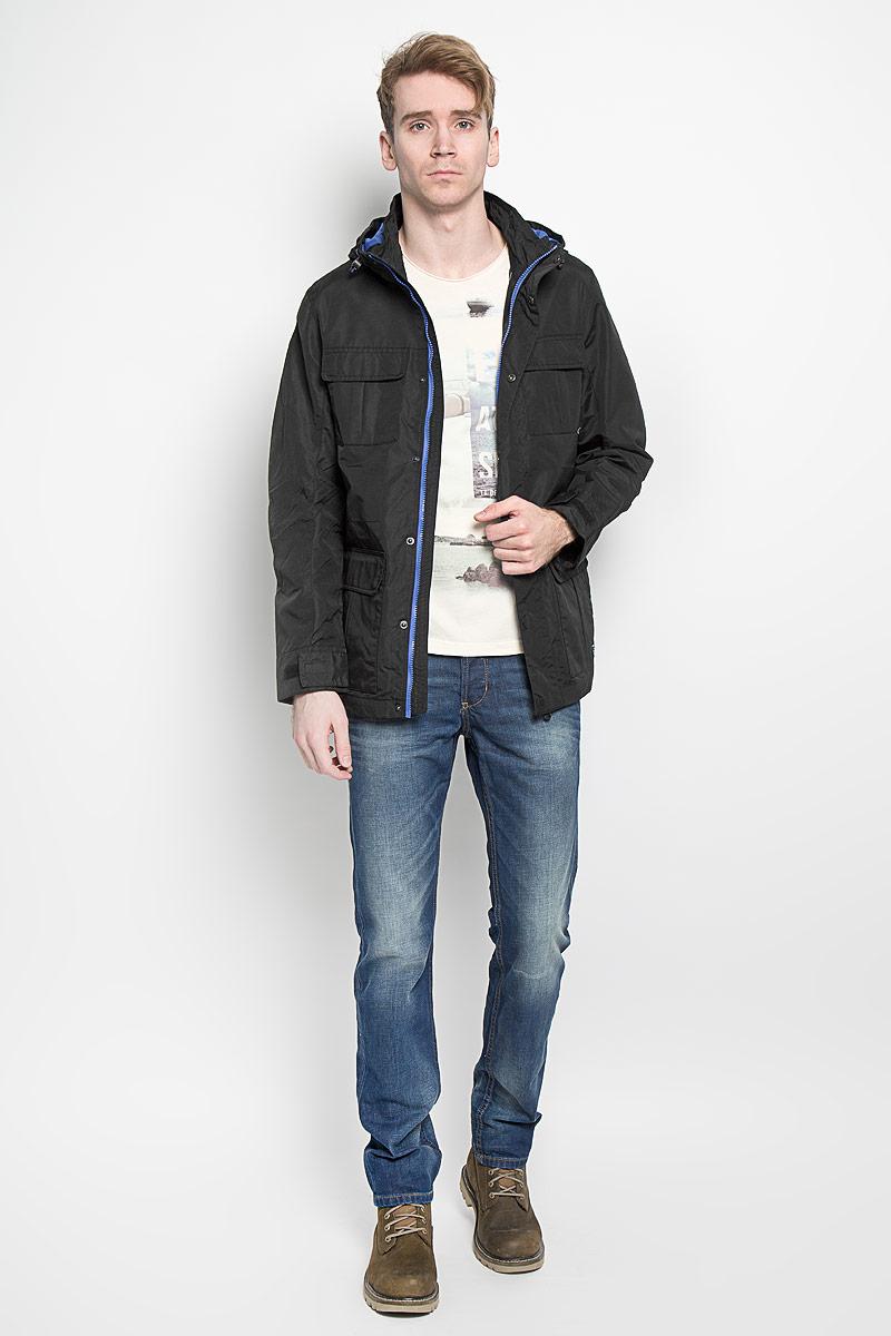 Куртка3532443.00.12Стильная мужская куртка Tom Tailor Denim, выполненная из водоотталкивающего и водонепроницаемого материала, отлично подойдет для прохладных дней. Куртка на подкладке с несъемным капюшоном и воротником-стойкой застегивается на пластиковую застежку-молнию и дополнительно имеет ветрозащитный клапан на кнопках. Капюшон регулируется с помощью резинки со стопперами. Объем манжет рукавов регулируется с помощью хлястиков на липучках. Спереди модель дополнена четырьмя накладными карманами, которые закрываются клапанами на кнопках, внутри предусмотрен прорезной карман на кнопке. Эта модная и в то же время комфортная куртка согреет вас в холодное время года и прекрасно подойдет для прогулок.
