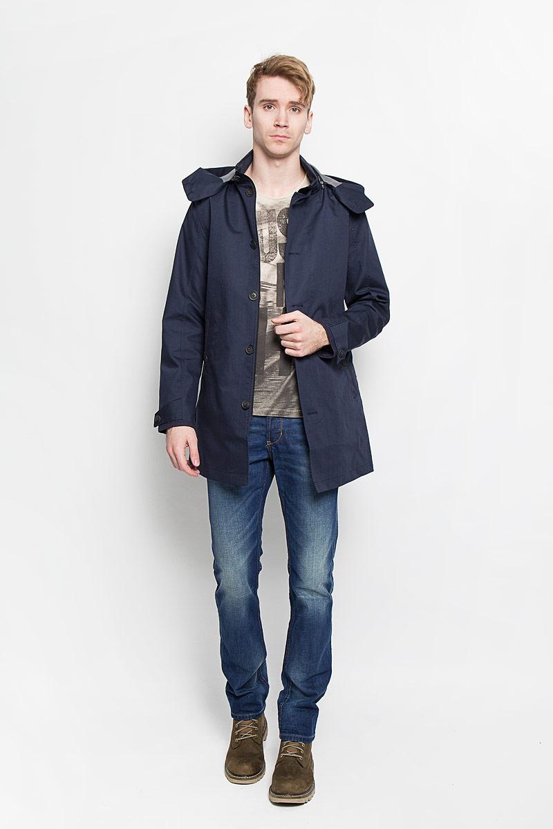 Пальто мужское. 3820824.00.103820824.00.10Стильное мужское пальто Tom Tailor подчеркнет вашу индивидуальность. Пальто изготовлено из полиэстера с добавлением хлопка. В качестве подкладки и наполнителя используется полиэстер. Модель с воротником-стойкой и капюшоном застегивается на застежку-молнию и дополнительно имеет ветрозащитный клапан на пуговицах. На воротнике также предусмотрена застежка - хлястик на пуговице. Капюшон пристегивается на молнию и застегивается спереди с помощью пуговиц. Спереди пальто дополнено двумя прорезными карманами на пуговицах, внутри предусмотрен накладной карман на кнопке. Низ рукавов оформлен хлястиками на пуговицах, что позволяет регулировать объем. Спинка дополнена шлицей. Это превосходное пальто защитит вас от холодов и станет станет отличным дополнением вашего гардероба.