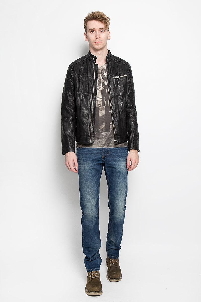 Куртка3722053.00.12Стильная мужская куртка Tom Tailor Denim выполнена из высококачественной искусственной матовой кожи с подкладкой из полиэстера и рассчитана на прохладную погоду. Куртка поможет вам почувствовать себя максимально комфортно и стильно. Модель с длинными рукавами и воротником-стойкой застегивается на металлическую застежку-молнию и кнопку на воротнике. Куртка дополнена двумя втачными карманами, которые застёгиваются на кнопки, одним втачным горизонтальным карманом на застежке-молнии и потайным кармашком на кнопке, расположенным с внутренней стороны изделия. Модный дизайн и практичность - отличный выбор на каждый день!