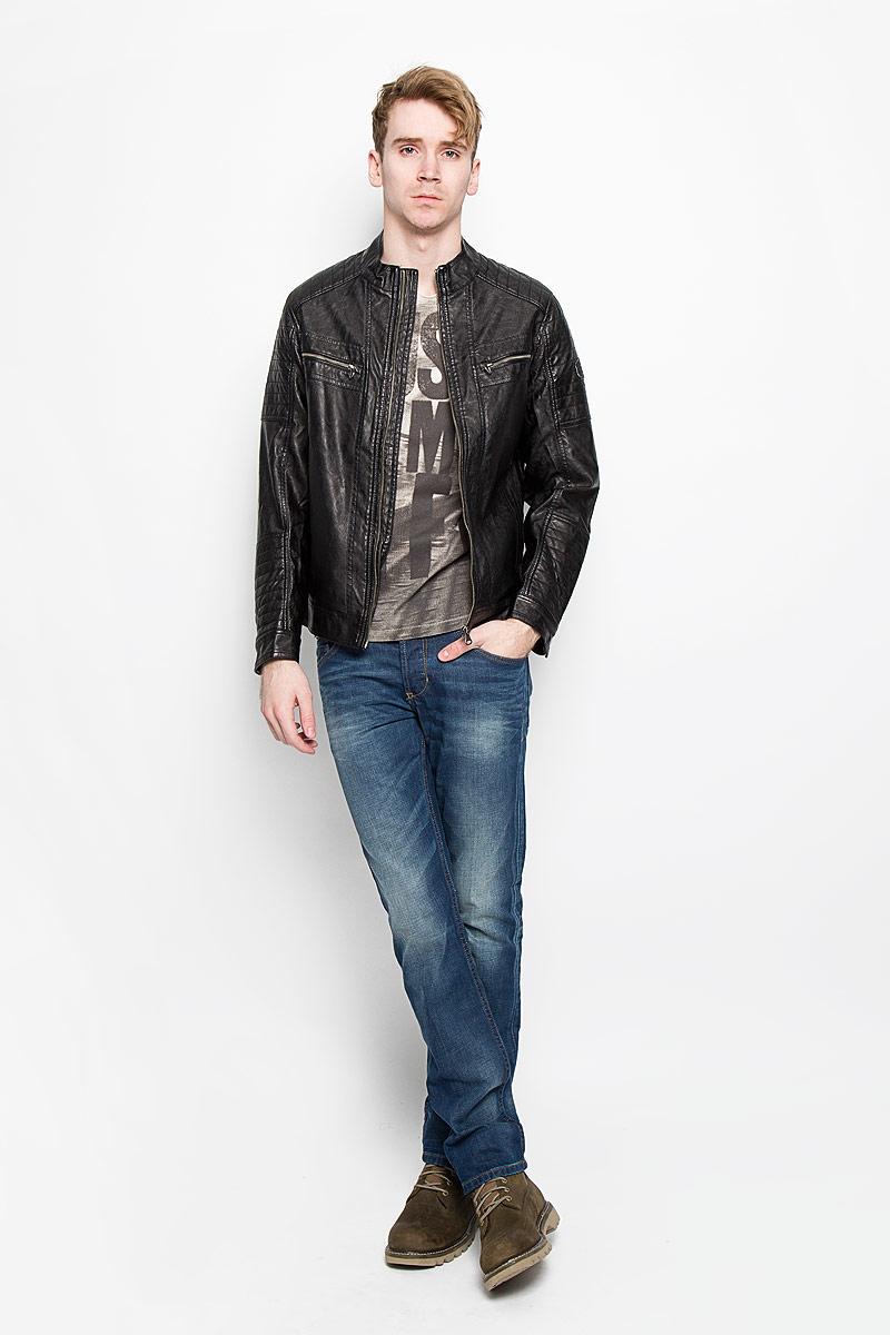 3722063.00.10Стильная мужская куртка Tom Tailor выполнена из высококачественной искусственной матовой кожи с подкладкой из полиэстера и рассчитана на прохладную погоду. Куртка поможет вам почувствовать себя максимально комфортно и стильно. Модель с длинными рукавами и воротником-стойкой застегивается на металлическую застежку-молнию. Манжеты застёгиваются на кнопку. Куртка дополнена двумя втачными карманами, которые застёгиваются на кнопки, двумя втачными горизонтальными карманами на застежке-молнии и потайным кармашком на кнопке, расположенным с внутренней стороны изделия. На левом рукаве небольшая нашивка с названием бренда. Модный дизайн и практичность - отличный выбор на каждый день!