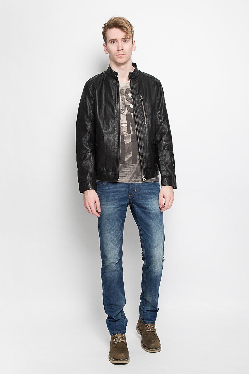 Куртка3722062.00.10Стильная мужская куртка Tom Tailor выполнена из высококачественной искусственной матовой кожи с подкладкой из полиэстера и рассчитана на прохладную погоду. Куртка поможет вам почувствовать себя максимально комфортно и стильно. Модель с длинными рукавами и воротником-стойкой застегивается на металлическую застежку-молнию и кнопку на воротнике. Манжеты застёгиваются на потайную кнопку. Куртка дополнена двумя втачными карманами которые застёгиваются на кнопки, одним втачным вертикальным карманом на застежке-молнии и потайным кармашком на кнопке, расположенным с внутренней стороны изделия. На левом рукаве небольшая нашивка с названием бренда. Модный дизайн и практичность - отличный выбор на каждый день!