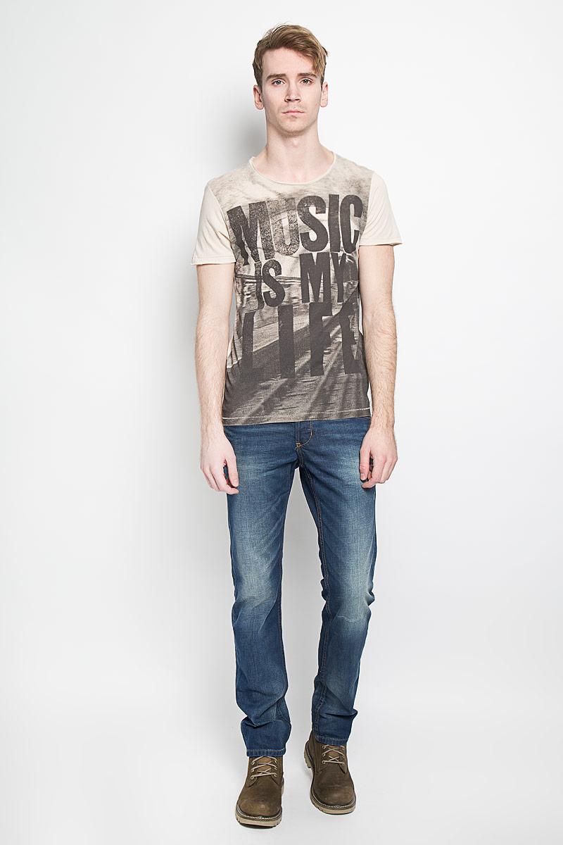 Футболка1033400.00.12Стильная мужская футболка Tom Tailor Denim Rocker выполнена из хлопка с добавлением модала. Материал очень мягкий и приятный на ощупь, обладает высокой воздухопроницаемостью и гигроскопичностью, позволяет коже дышать. Модель с круглым вырезом горловины оформлена оригинальным принтом. Низ рукавов, горловина и низ изделия не обработаны. Спинка футболки удлинена. Такая модель подарит вам комфорт в течение всего дня и послужит замечательным дополнением к вашему гардеробу.
