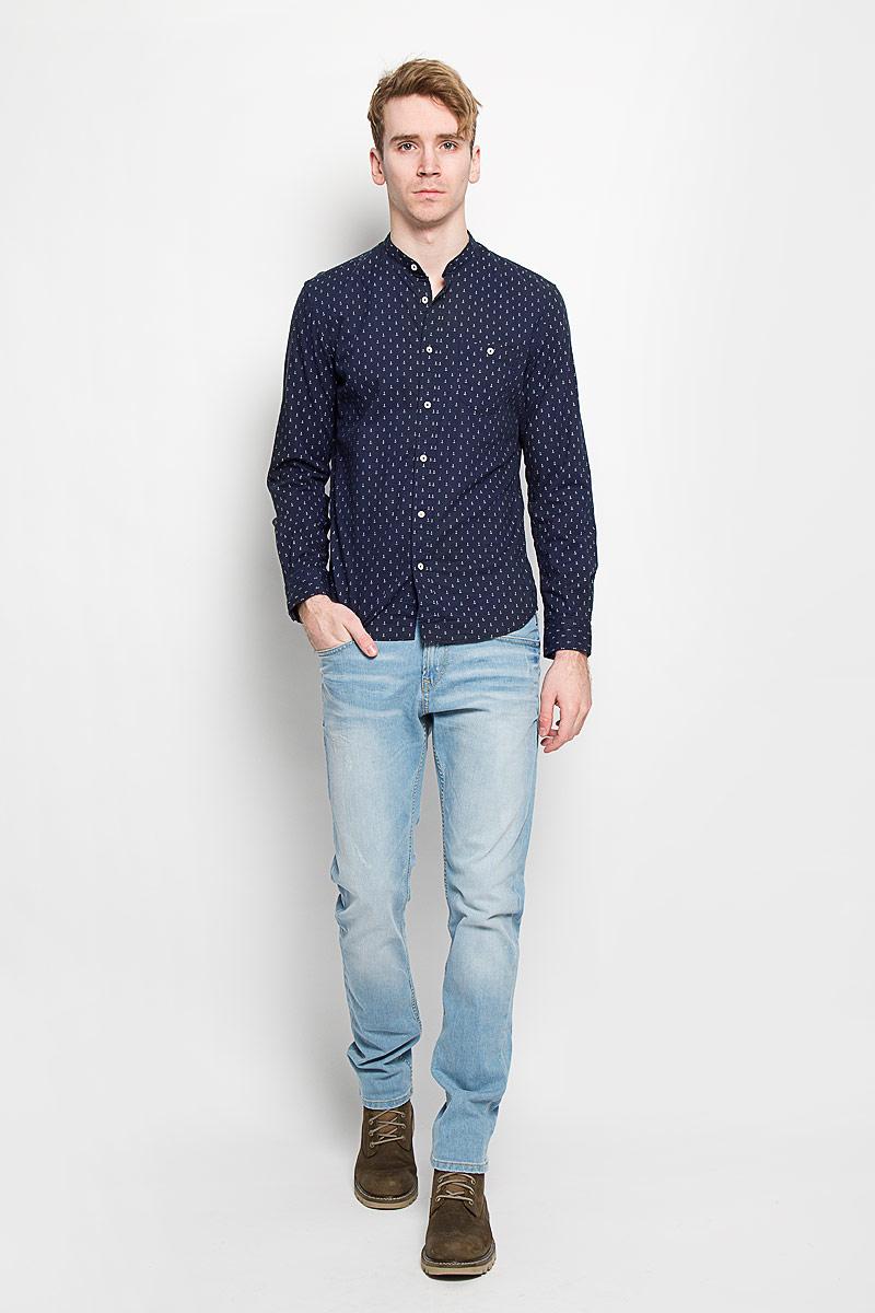 Рубашка2031439.00.12Мужская рубашка Tom Tailor Denim, выполненная из натурального хлопка, идеально дополнит ваш образ. Материал мягкий и приятный на ощупь, не сковывает движения и позволяет коже дышать. Рубашка приталенного кроя, с длинными рукавами, не большим воротником стойкой и закруглённым низом. Изделие спереди застегивается на пуговицы. Манжеты на рукавах также застегиваются на пуговицы. На груди модель дополнена накладным карманом на пуговице. Рубашка оформлена мелким контрастным принтом в виде якорей. Такая модель будет дарить вам комфорт в течение всего дня и станет стильным дополнением к вашему гардеробу.