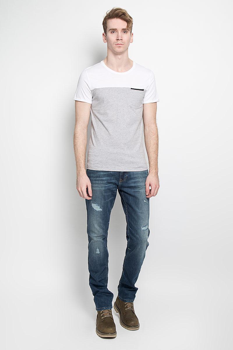 Футболка1033830.01.15Стильная мужская футболка Tom Tailor выполнена из натурального хлопка. Материал очень мягкий и приятный на ощупь, обладает высокой воздухопроницаемостью и гигроскопичностью, позволяет коже дышать. Модель с круглым вырезом горловины на груди дополнена прорезным кармашком, стилизованным строчкой под накладной. Низ рукавов дополнен простроченными узкими отворотами. Такая модель подарит вам комфорт в течение всего дня и послужит замечательным дополнением к вашему гардеробу.