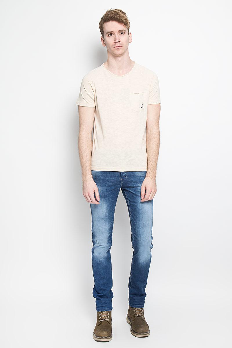 Футболка1033987.00.12Стильная мужская футболка Tom Tailor Denim, изготовленная из высококачественного материала, обладает высокой теплопроводностью, воздухопроницаемостью и гигроскопичностью, позволяет коже дышать. Модель с короткими рукавами и круглым вырезом горловины - идеальный вариант для создания образа в стиле Casual. Футболка спереди дополнена накладным карманом, оформленным небольшим принтом с изображением якоря. Горловина и рукава футболки оформлена эффектом необработанного края. Спинка модели немного удлинена. Такая модель подарит вам комфорт в течение всего дня и послужит замечательным дополнением к вашему гардеробу.